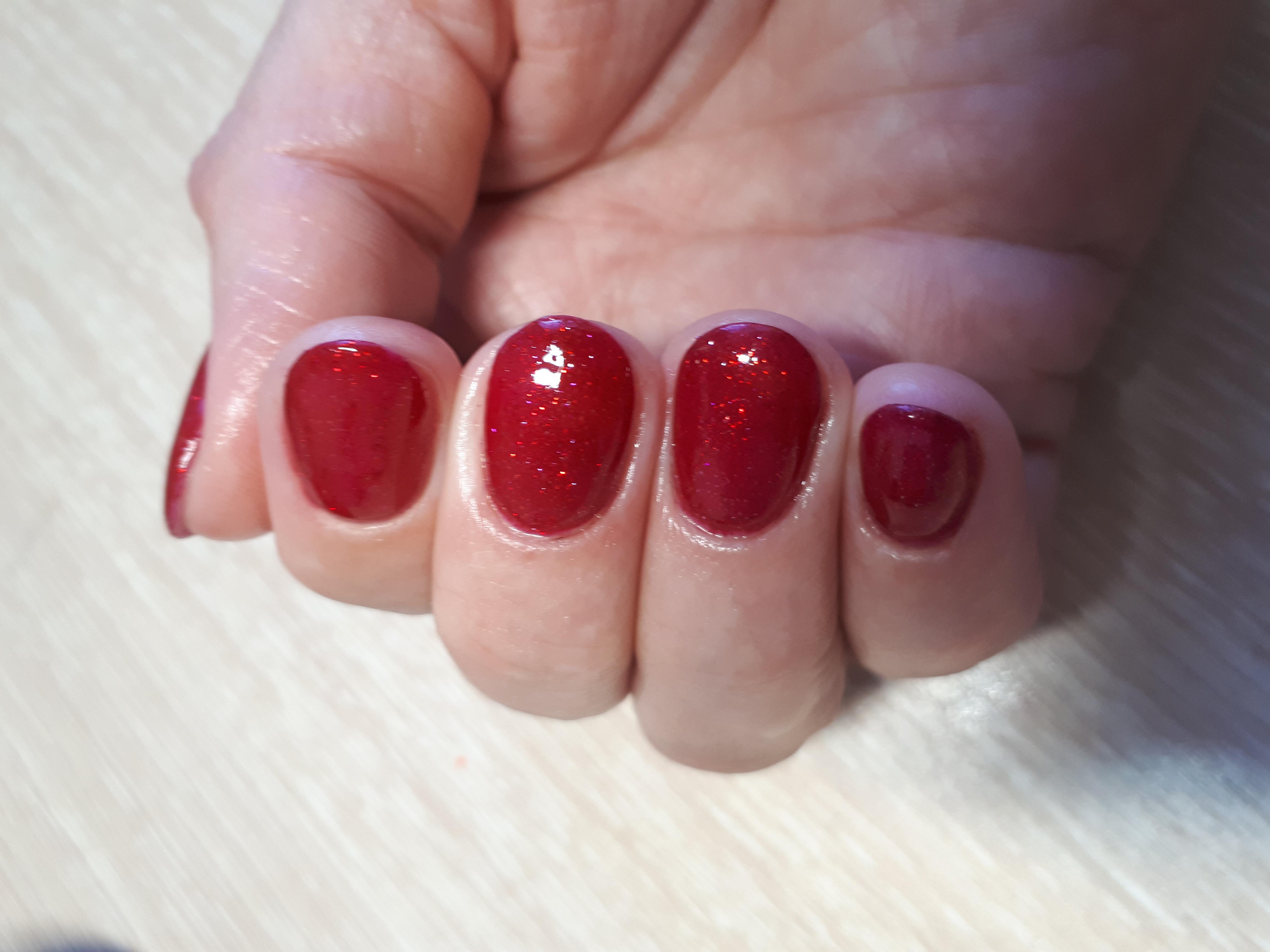 Маникюр с блестками в бордовом цвете на короткие ногти. Маникюр сомой себе
