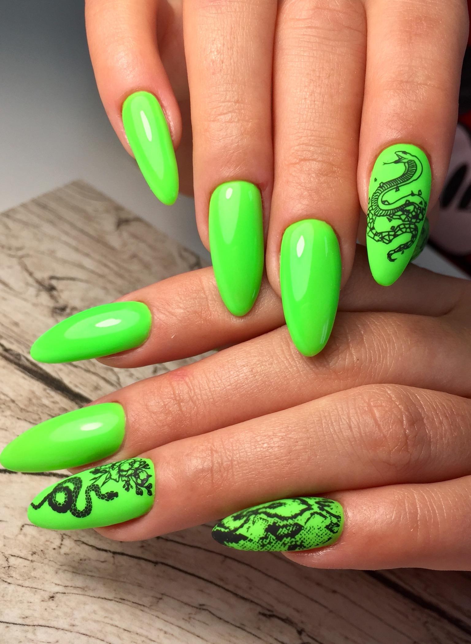 Маникюр со змеей в кислотном цвете на длинные ногти.