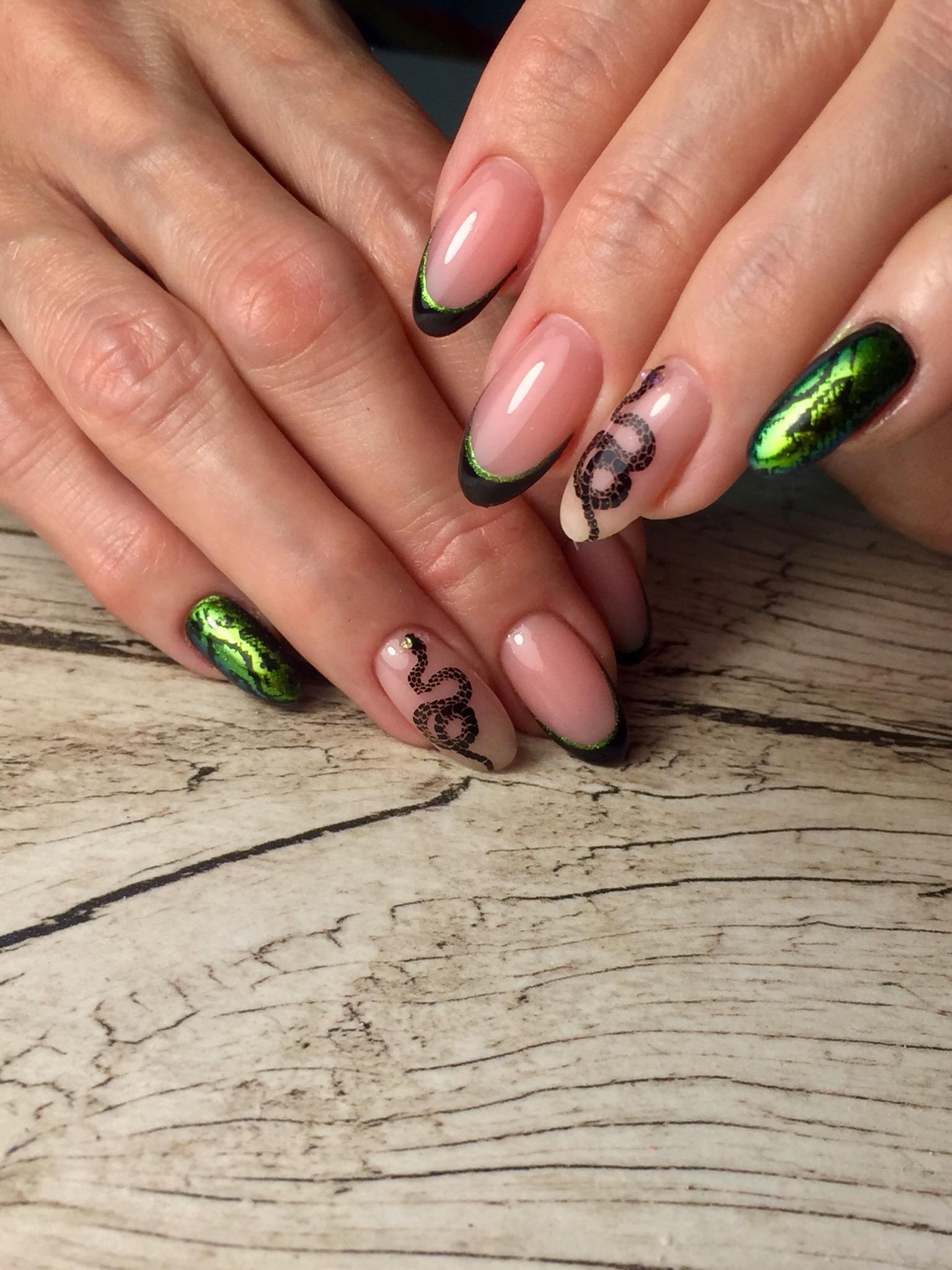 Френч со змеей и змеиным принтом на длинные ногти.