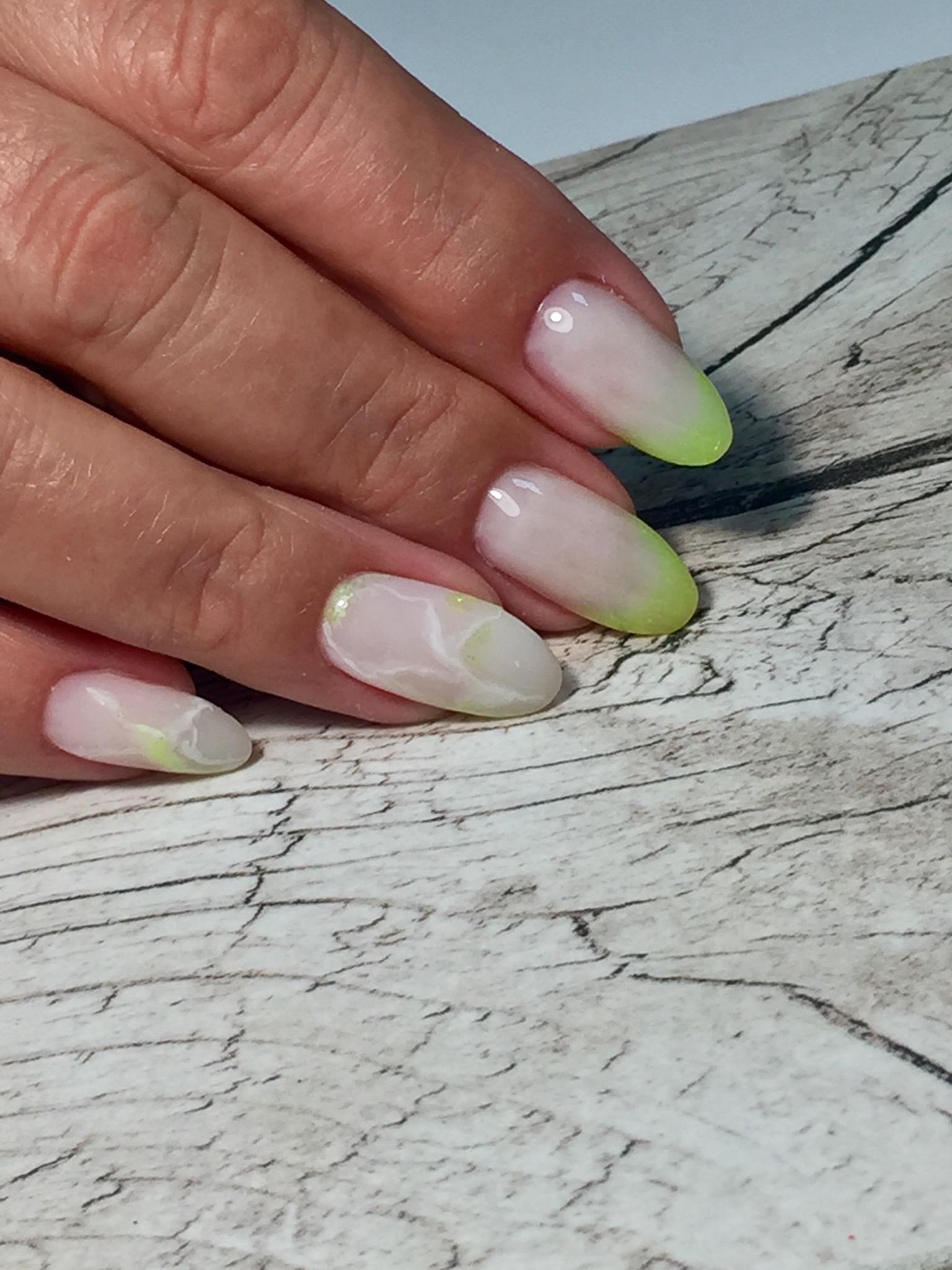 Френч с мраморным дизайном на длинные ногти.