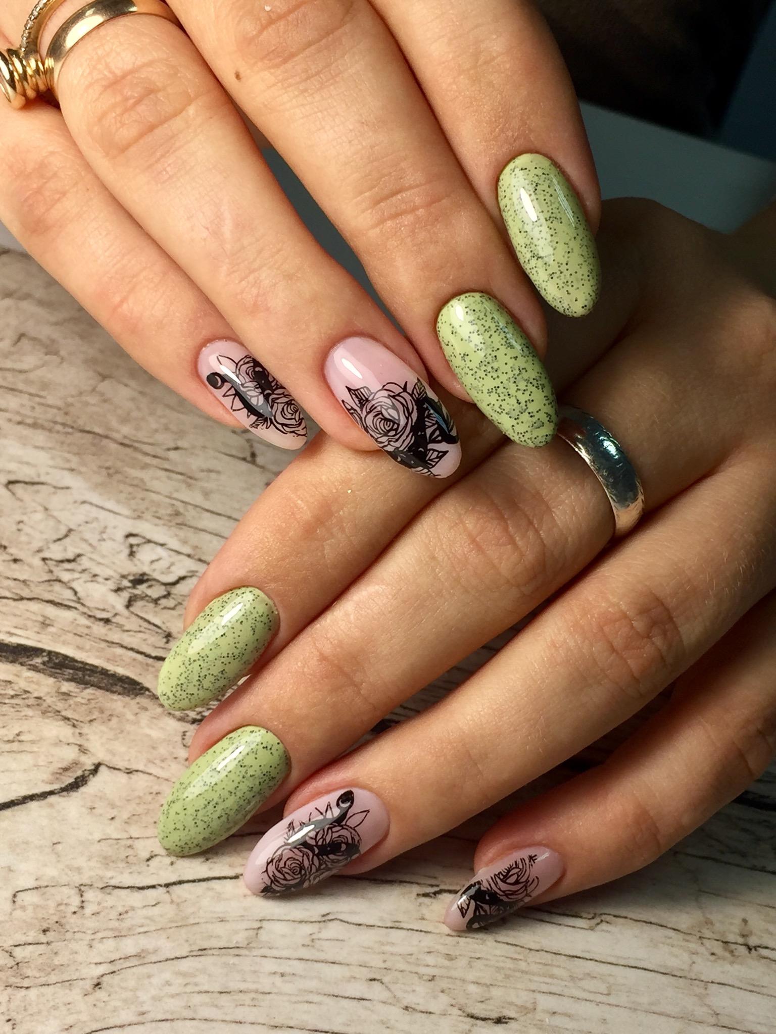 Маникюр с цветочными слайдерами и блестками в фисташковом цвете на длинные ногти.