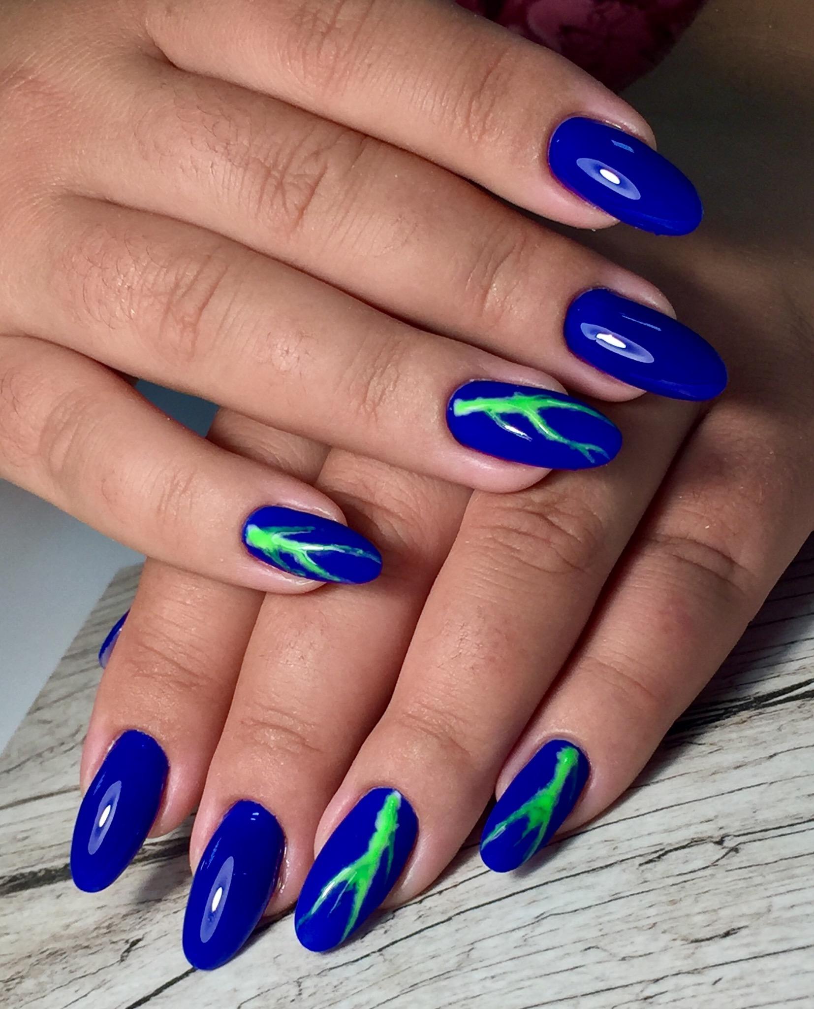 Маникюр с рисунком в синем цвете на длинные ногти.