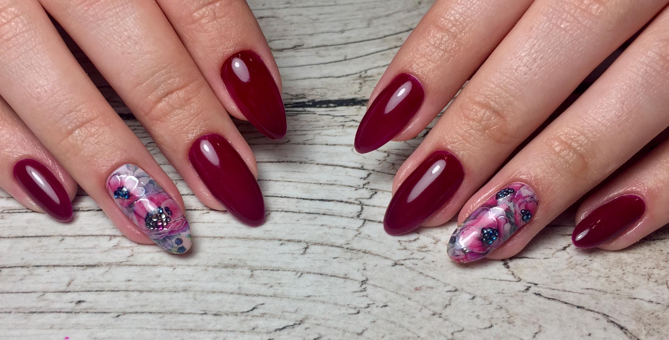 Маникюр с цветочными слайдерами в темно-красном цвете.