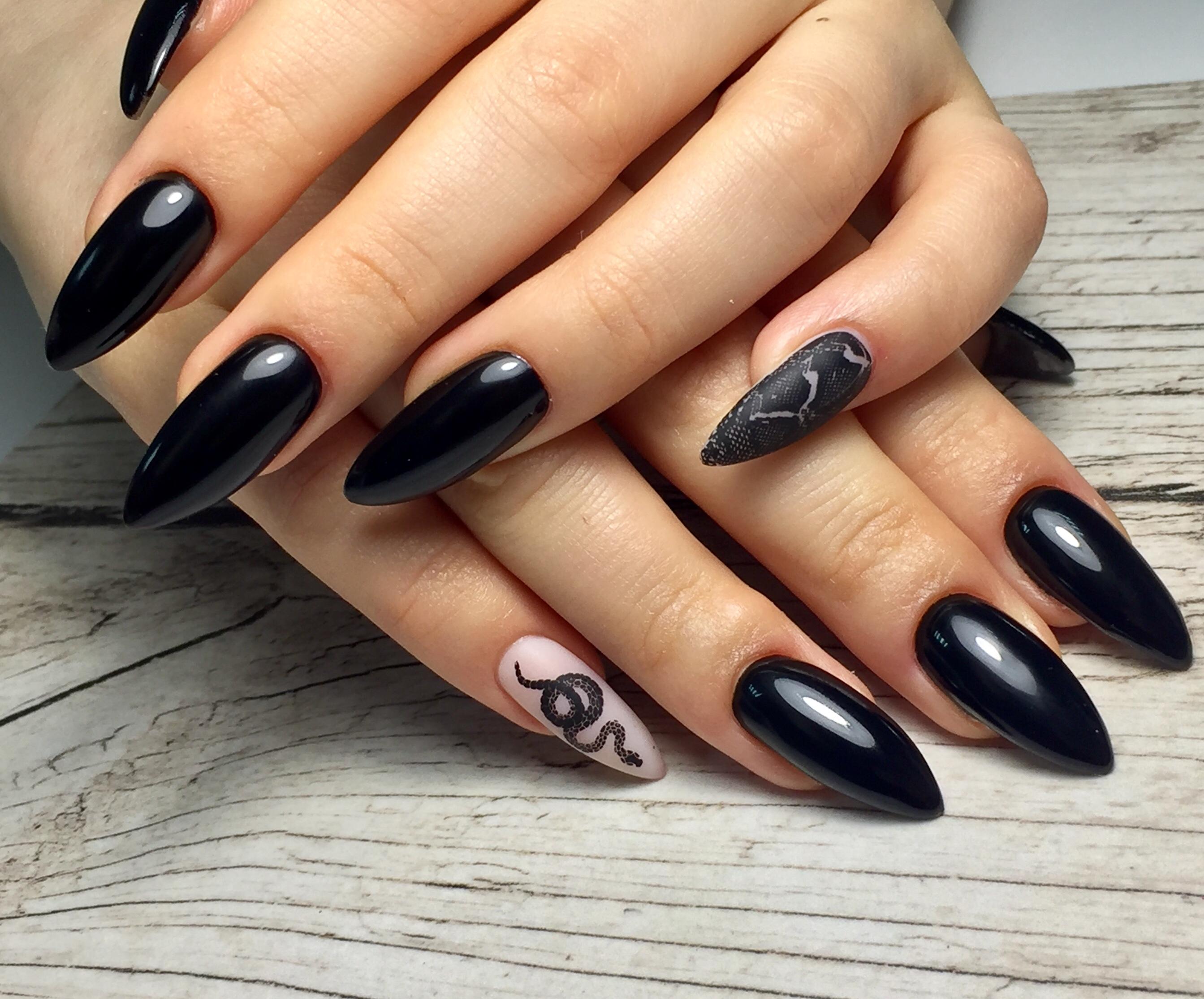 Маникюр со змеей в черном цвете на длинные ногти.