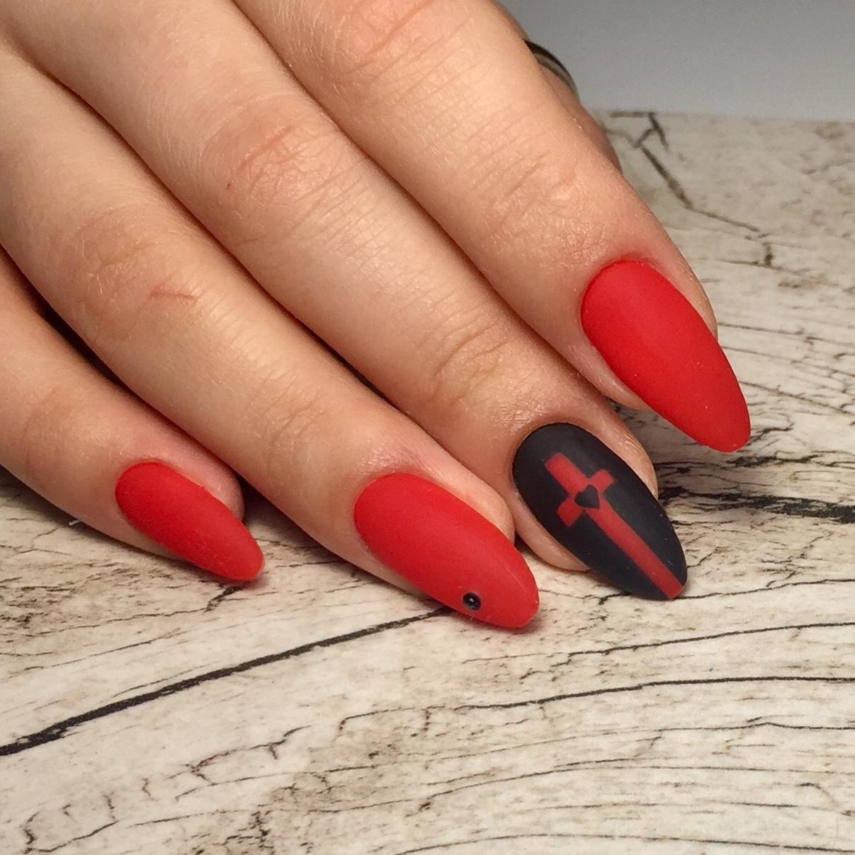 Матовый маникюр с крестом в красном цвете.