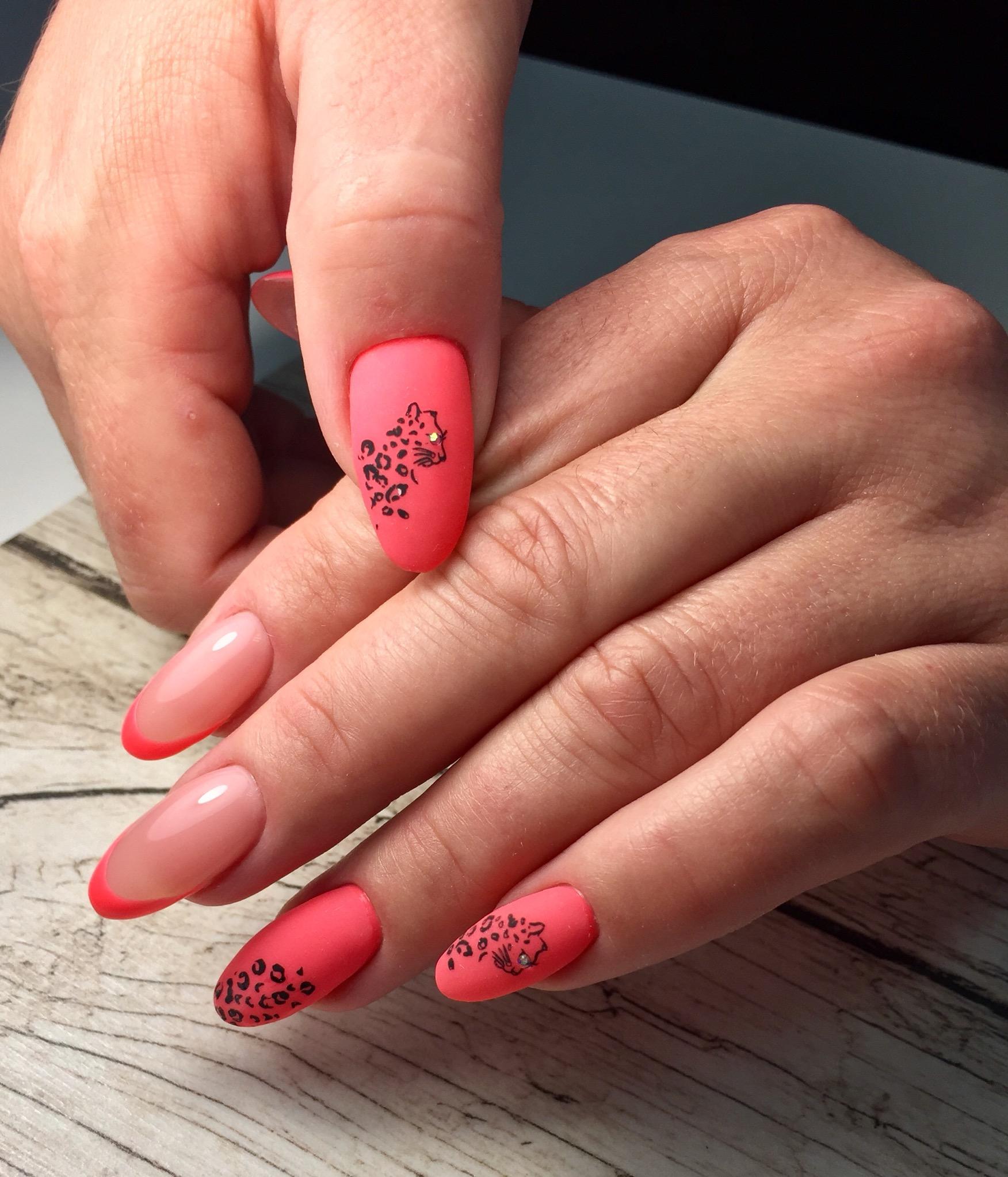 Матовый маникюр с леопардом и френч-дизайном в розовом цвете на длинные ногти.