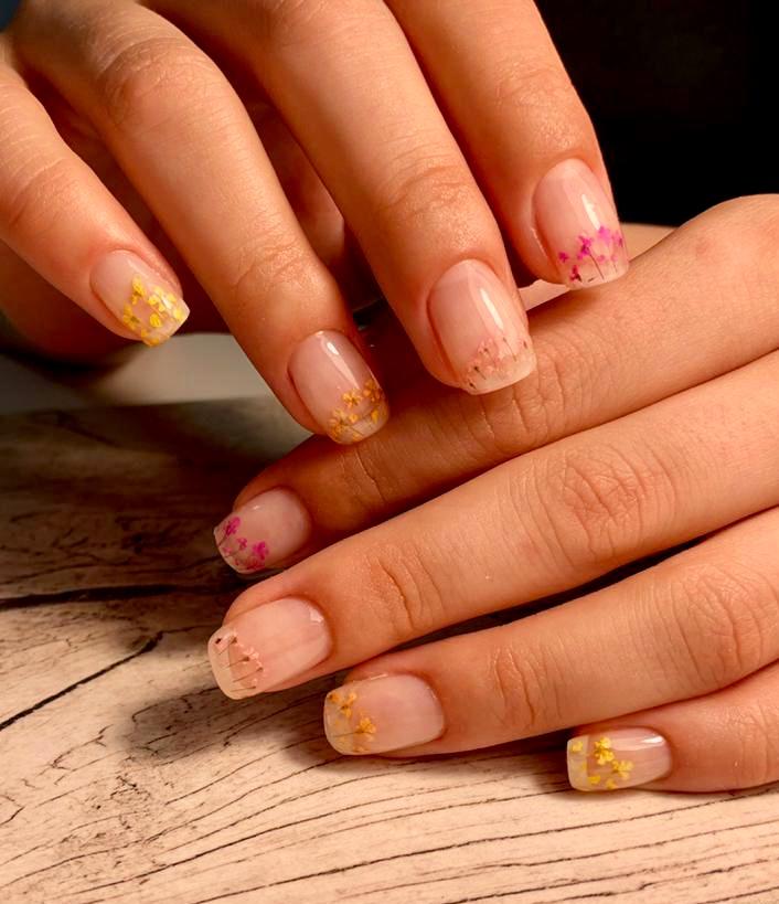 Нюдовый маникюр с цветочным слайдерами на короткие ногти.