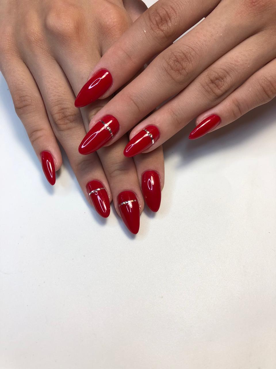 Маникюр с серебряными полосками в бордовом цвете на длинные ногти.