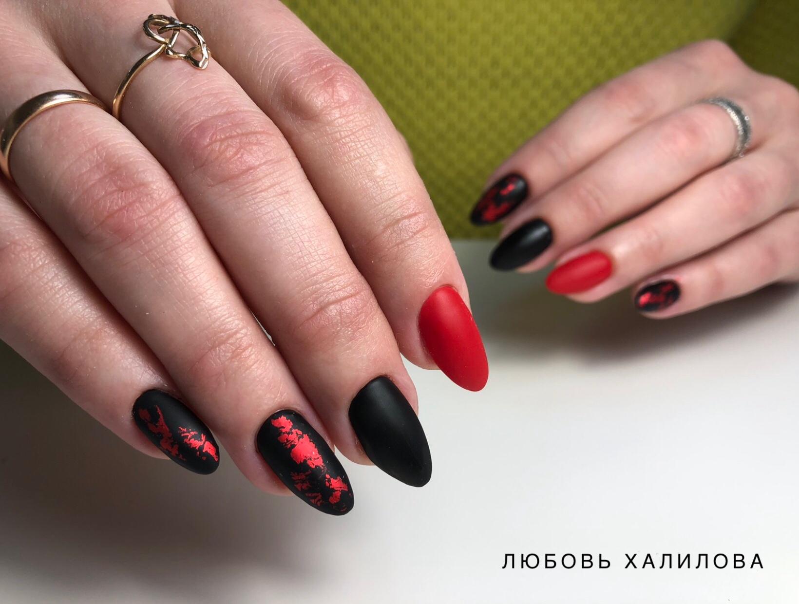 Матовый маникюр в красном и чёрном цветах с красной фольгой.