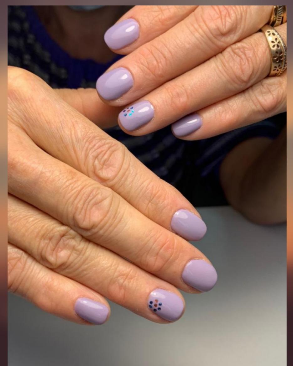 Маникюр с камифубуки в сиреневом цвете на короткие ногти.