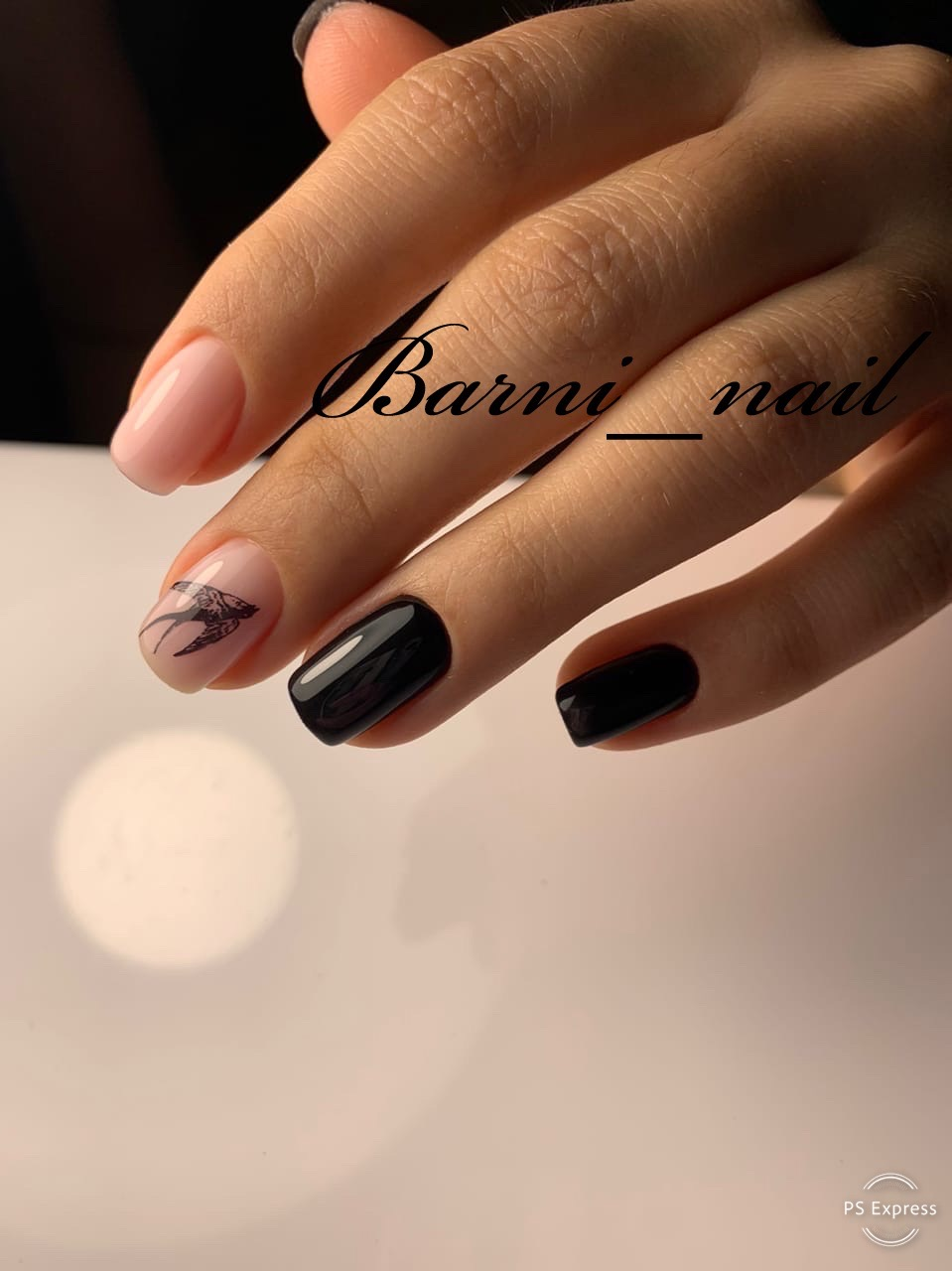 Маникюр со слайдером в черном цвете.
