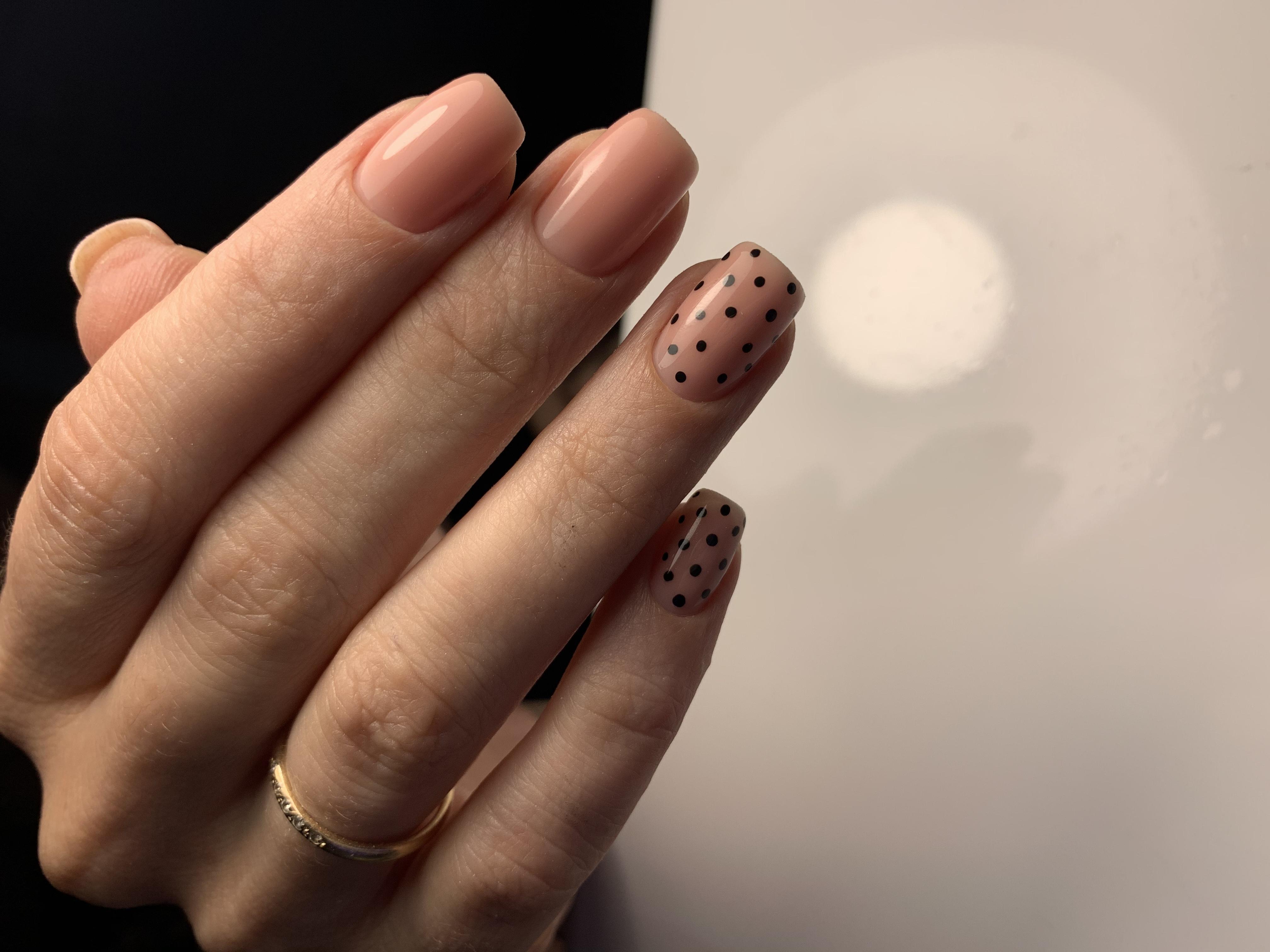Нюдовый маникюр в горошек на короткие ногти.