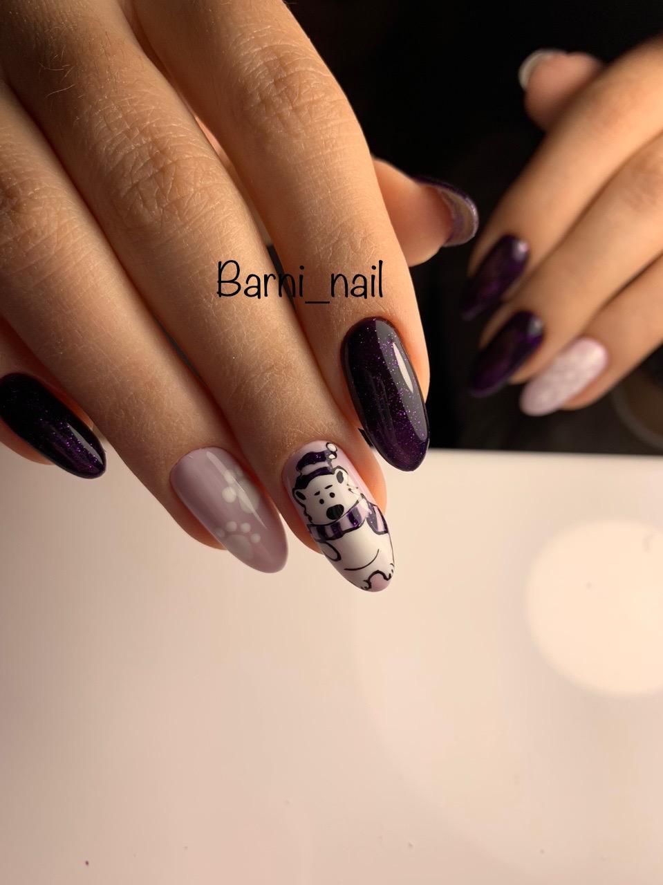"""Маникюр с мультяшным рисунком """"медвежонок"""" в фиолетовом цвете."""