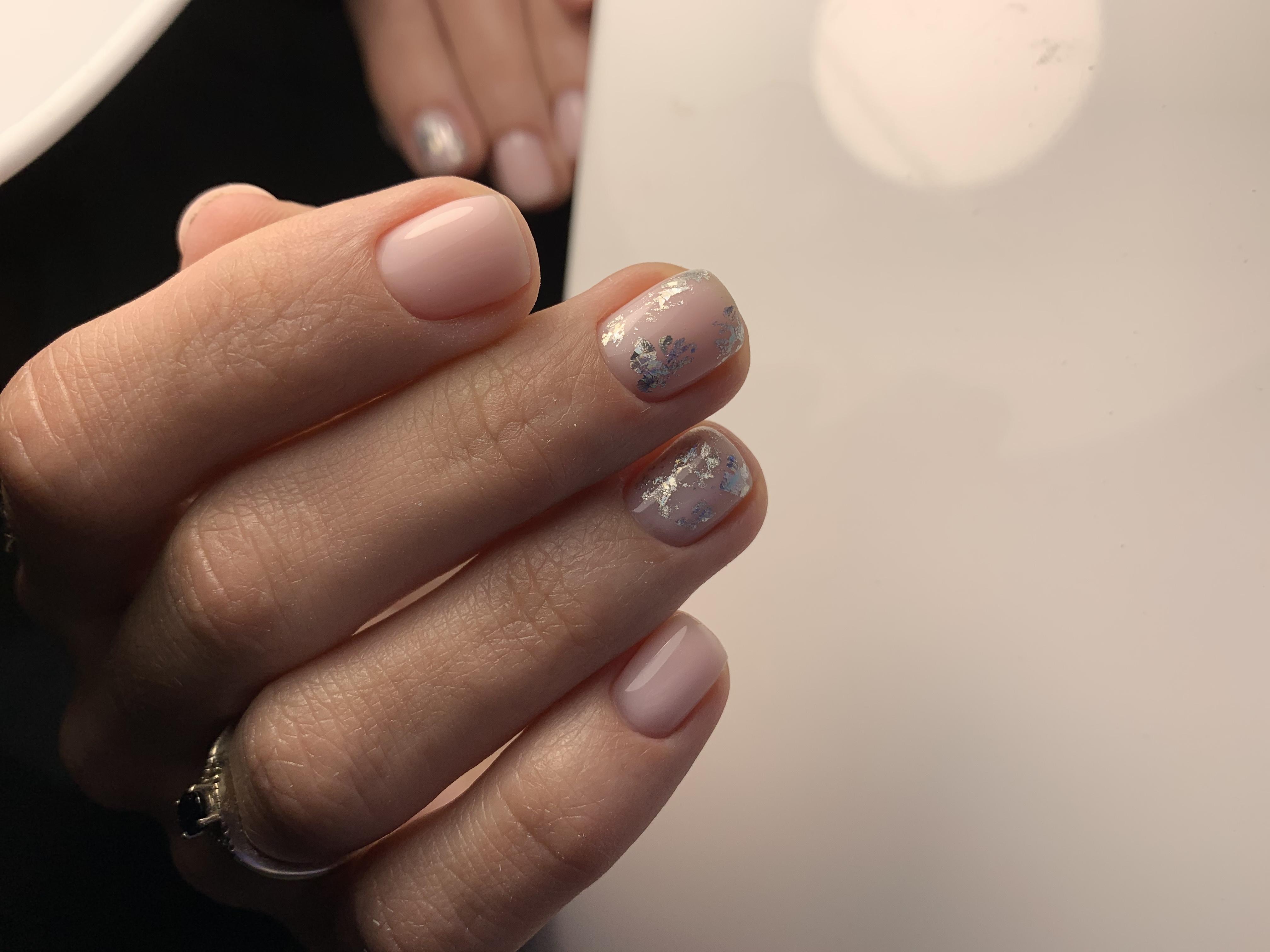 Нюдовый маникюр с серебряной фольгой на короткие ногти.
