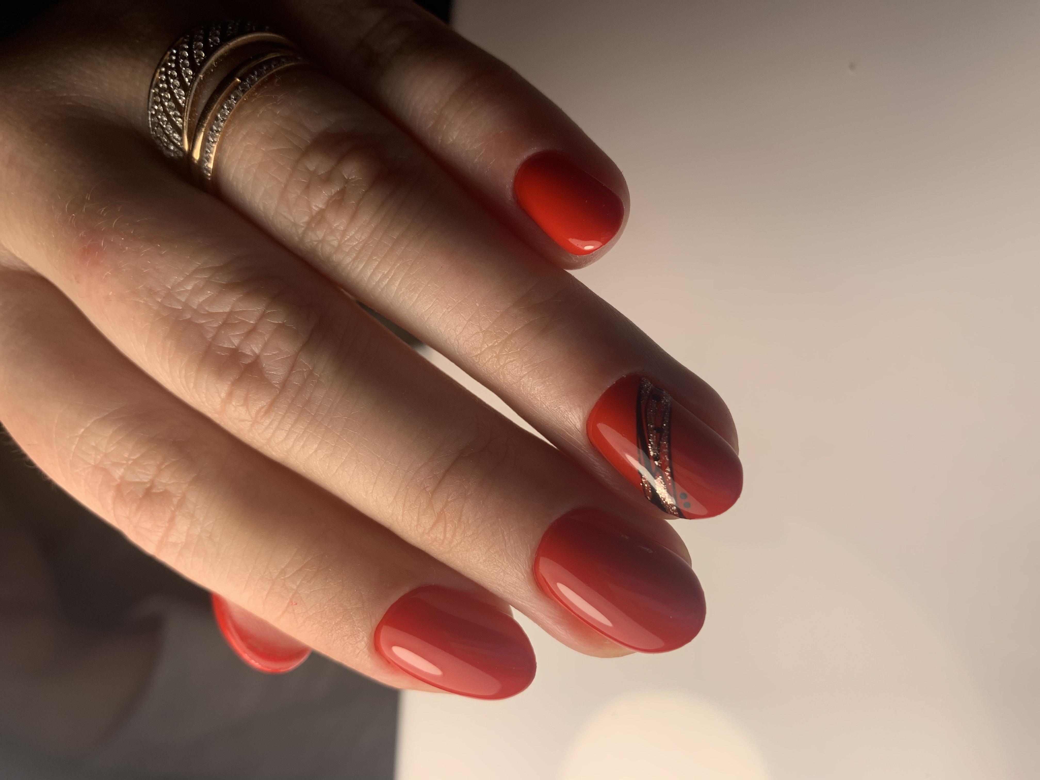 Маникюр с паутинкой и блестками в красном цвете на короткие ногти.