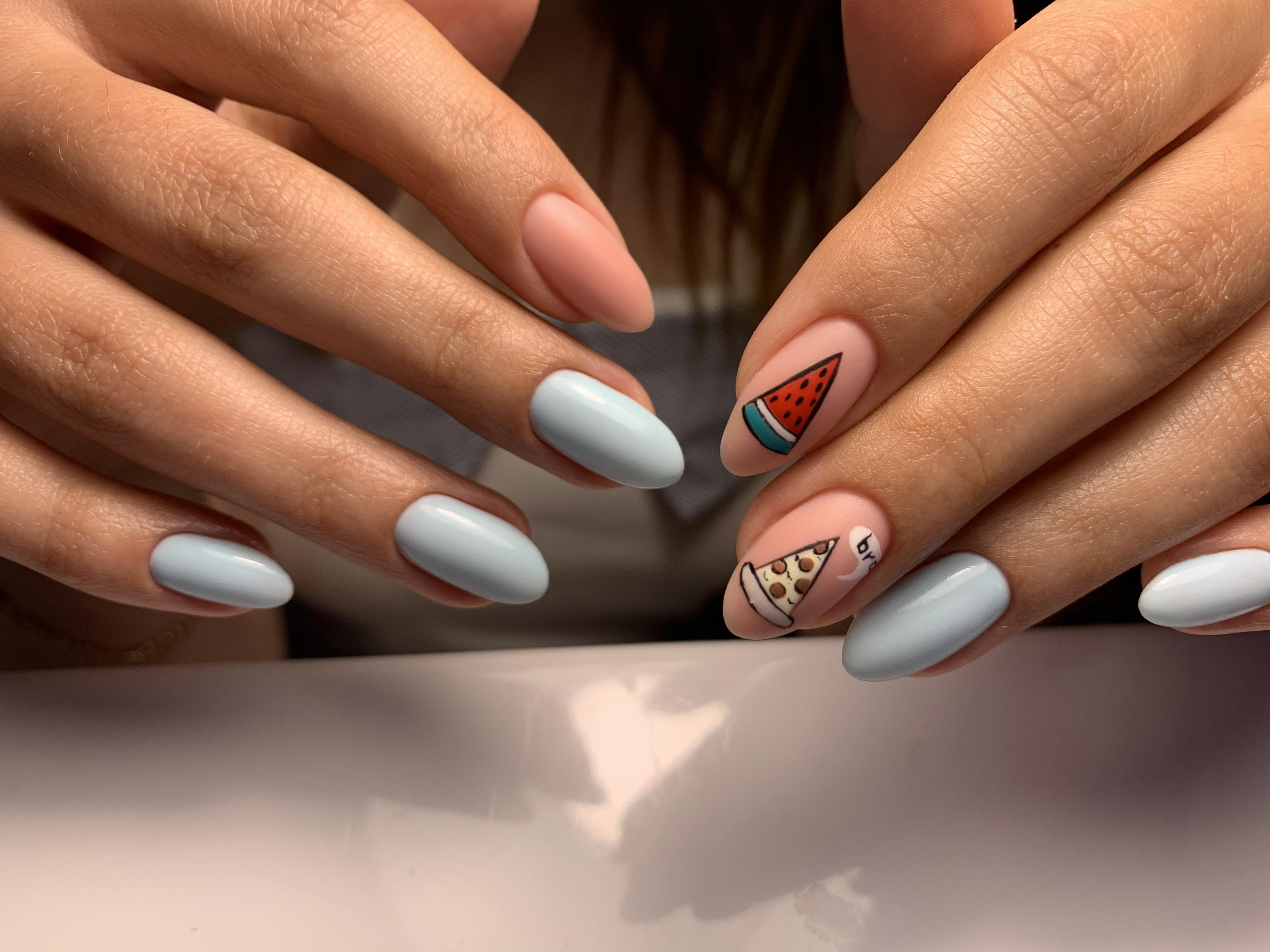 Маникюр с рисунком в голубом цвете на длинные ногти.