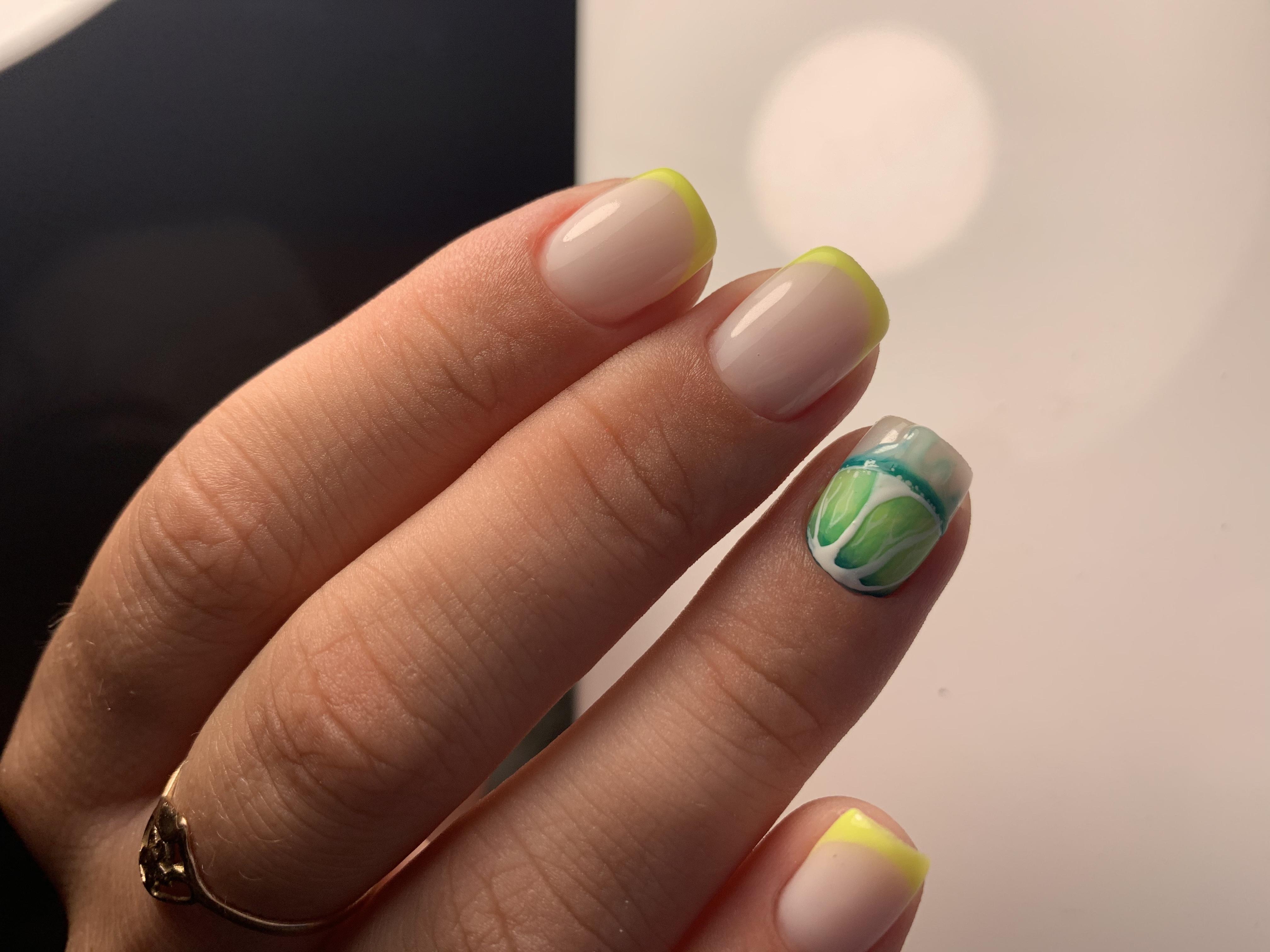 Френч с фруктовым рисунком на короткие ногти.