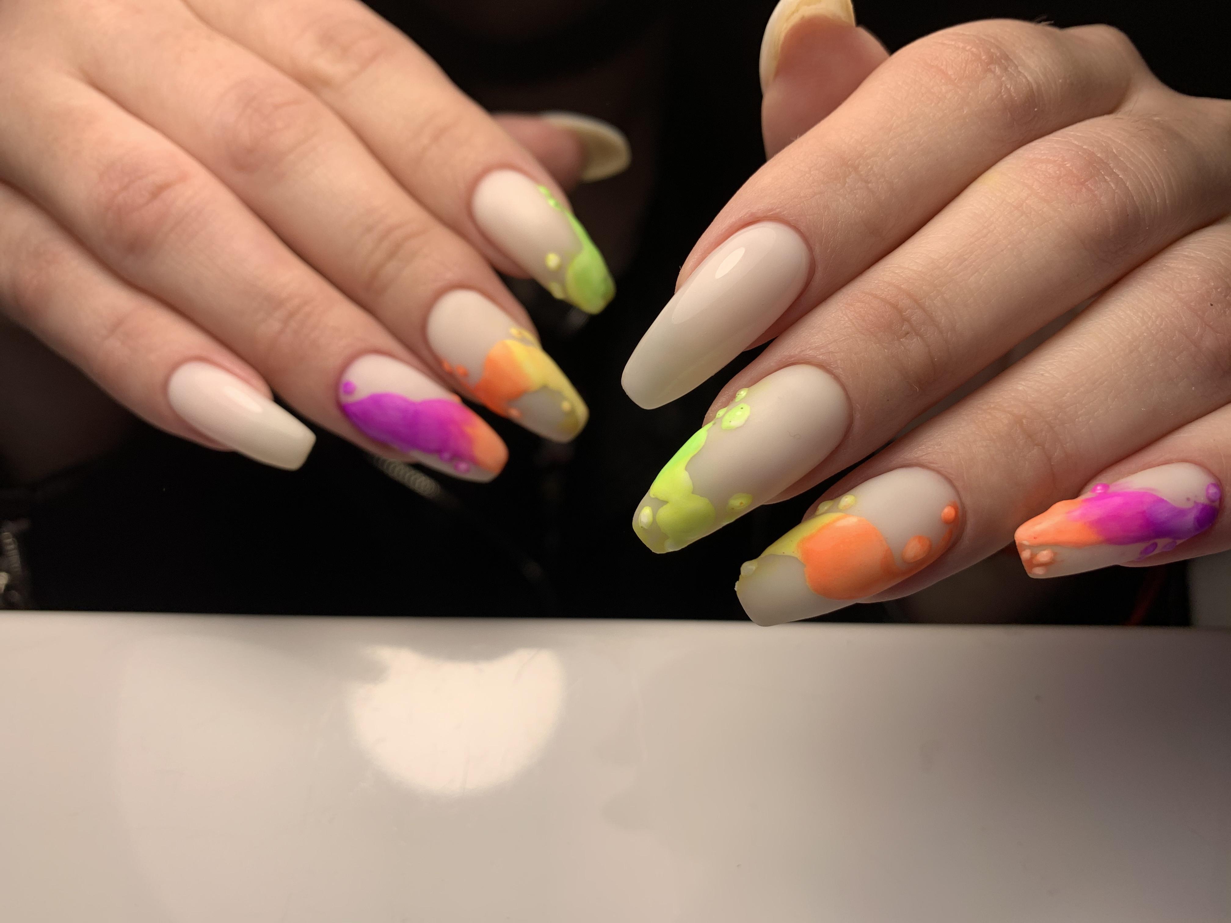 Нюдовый маникюр с цветным рисунком на длинные ногти.