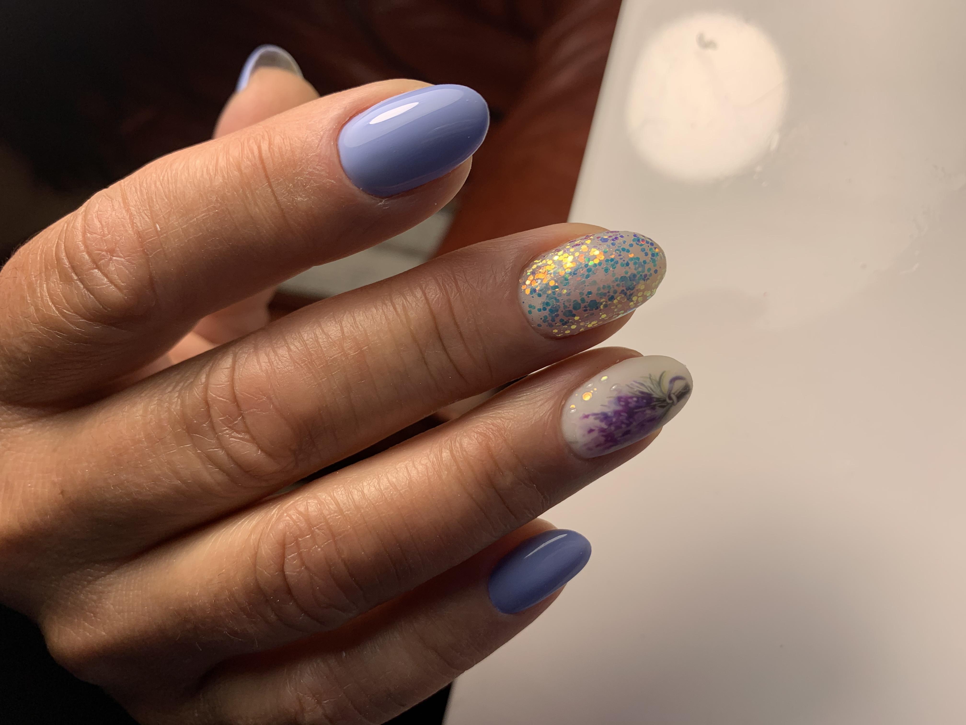 Маникюр с цветочным рисунком и блестками в голубом цвете на короткие ногти.