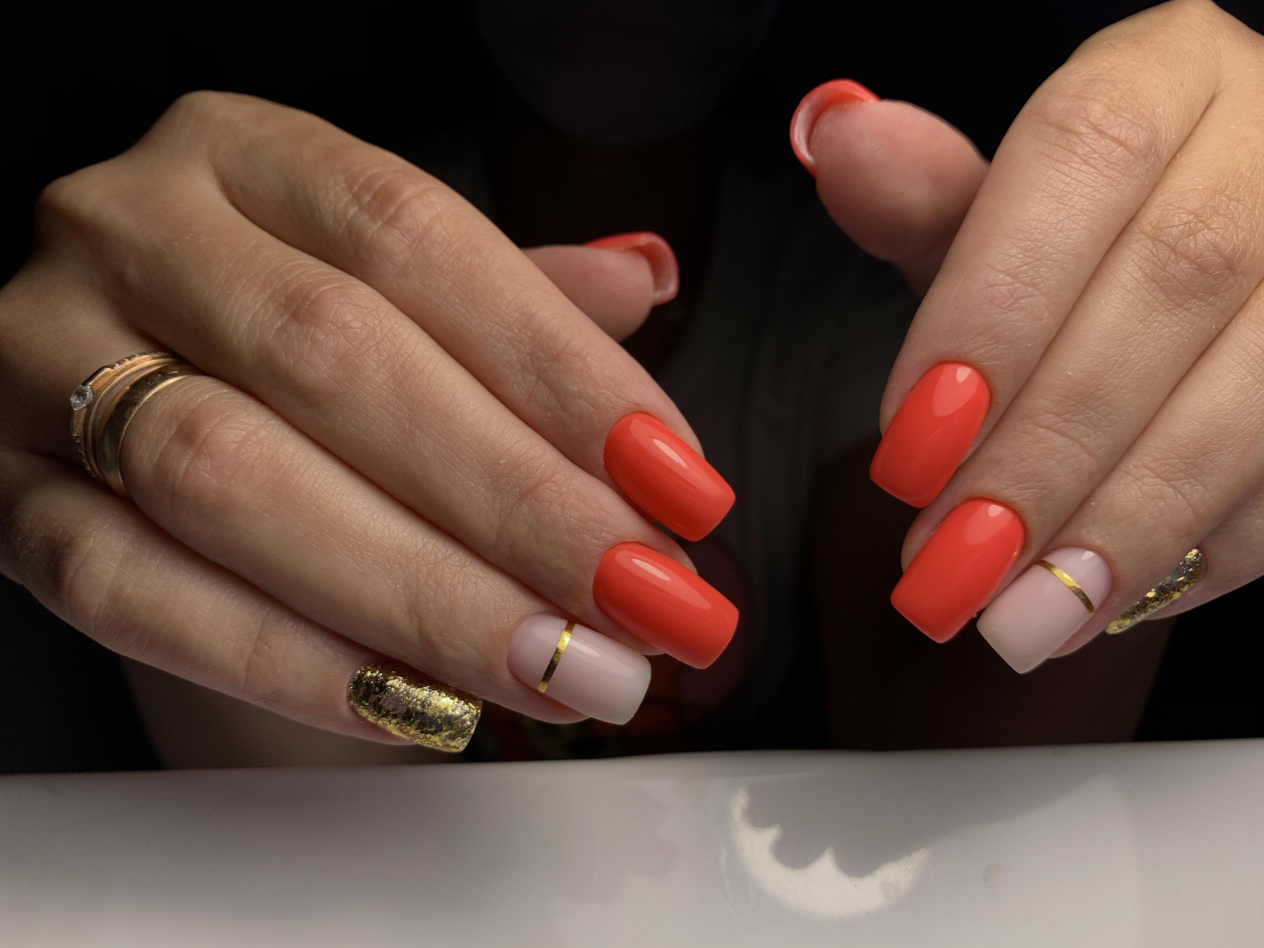 Маникюр с золотыми блестками и полосками в красном цвете на длинные ногти.