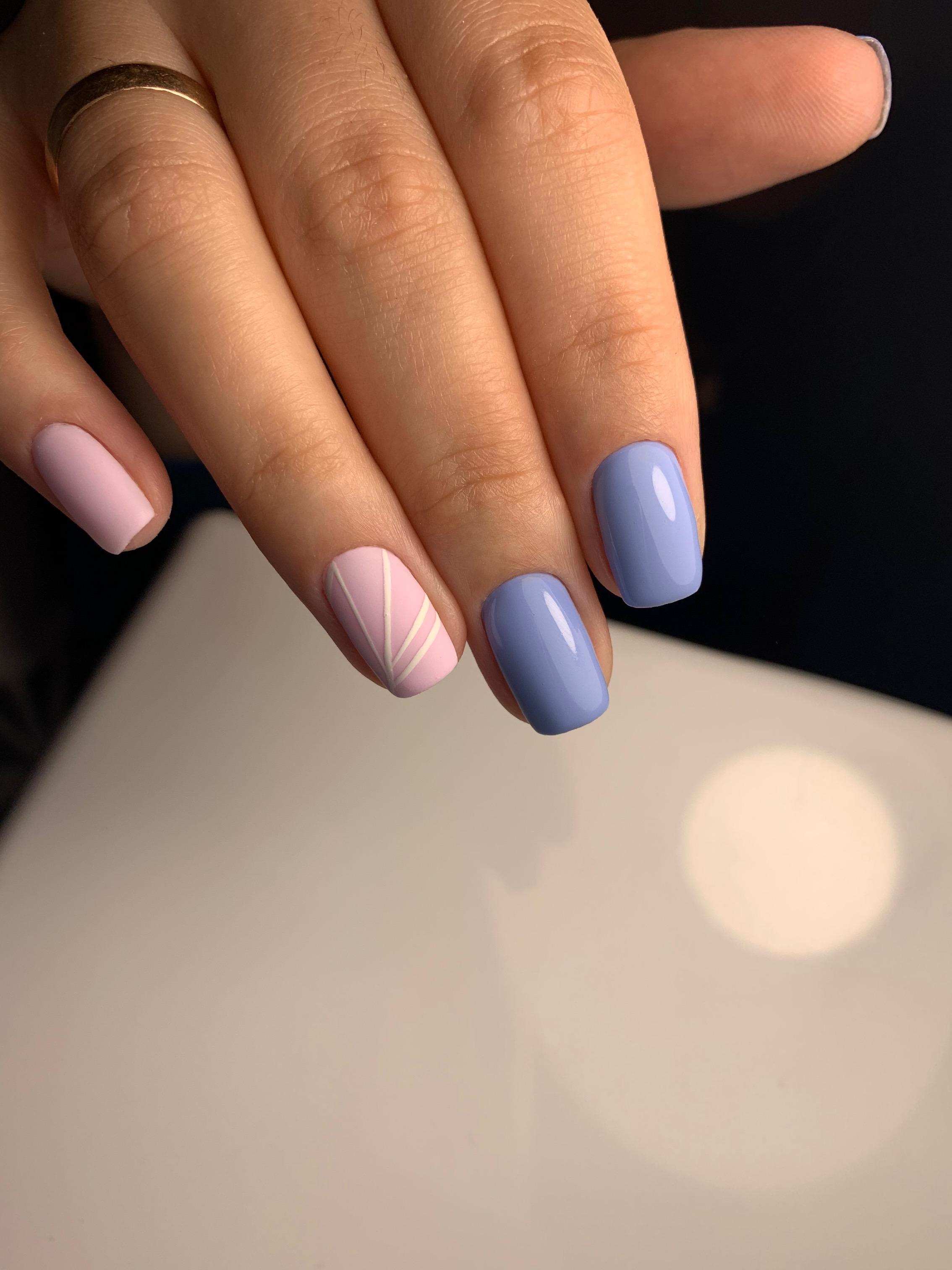 Маникюр с рисунком в пастельных тонах на короткие ногти.