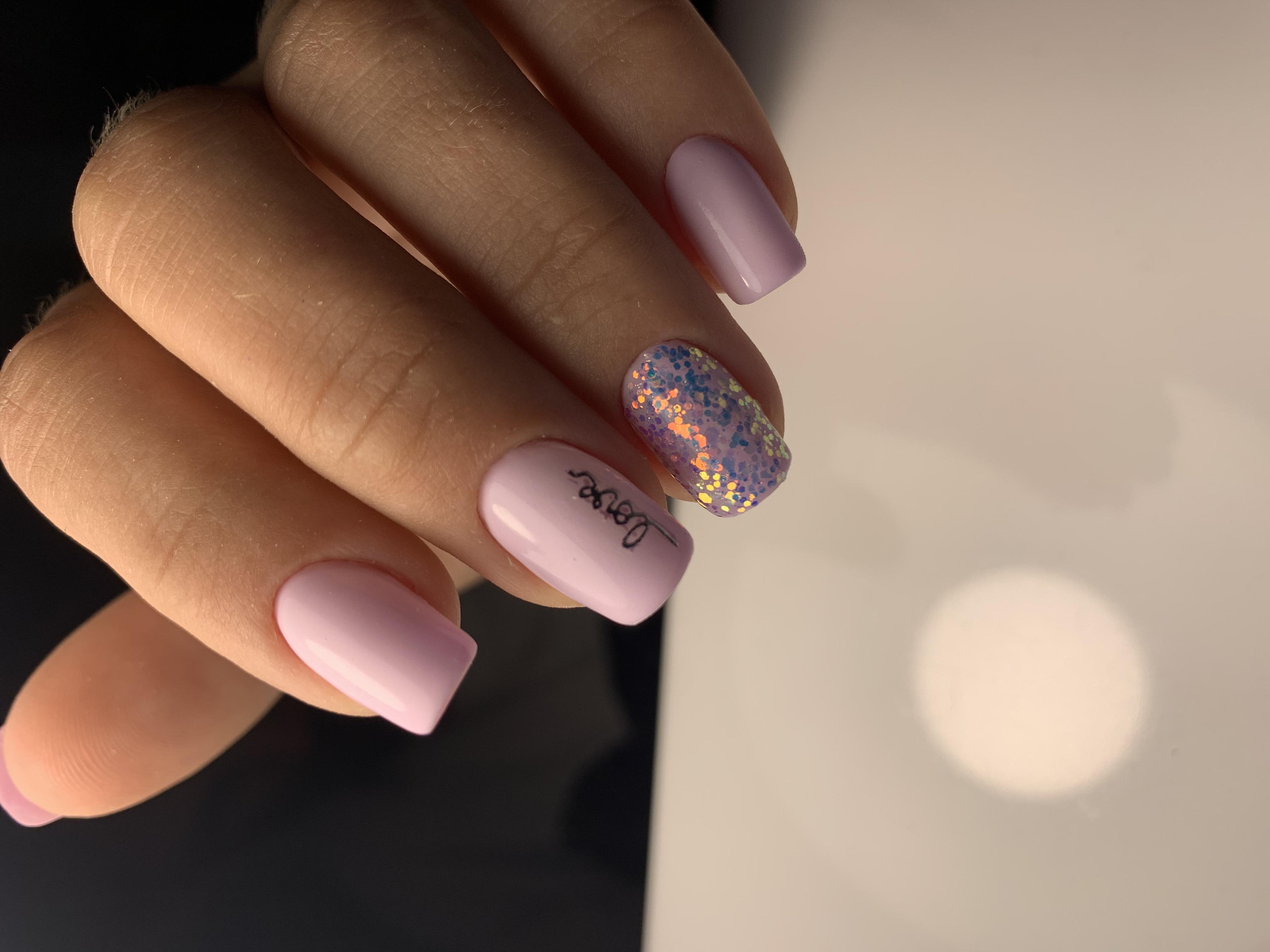 Маникюр с кмифубуки и надписями в розовом цвете на короткие ногти.