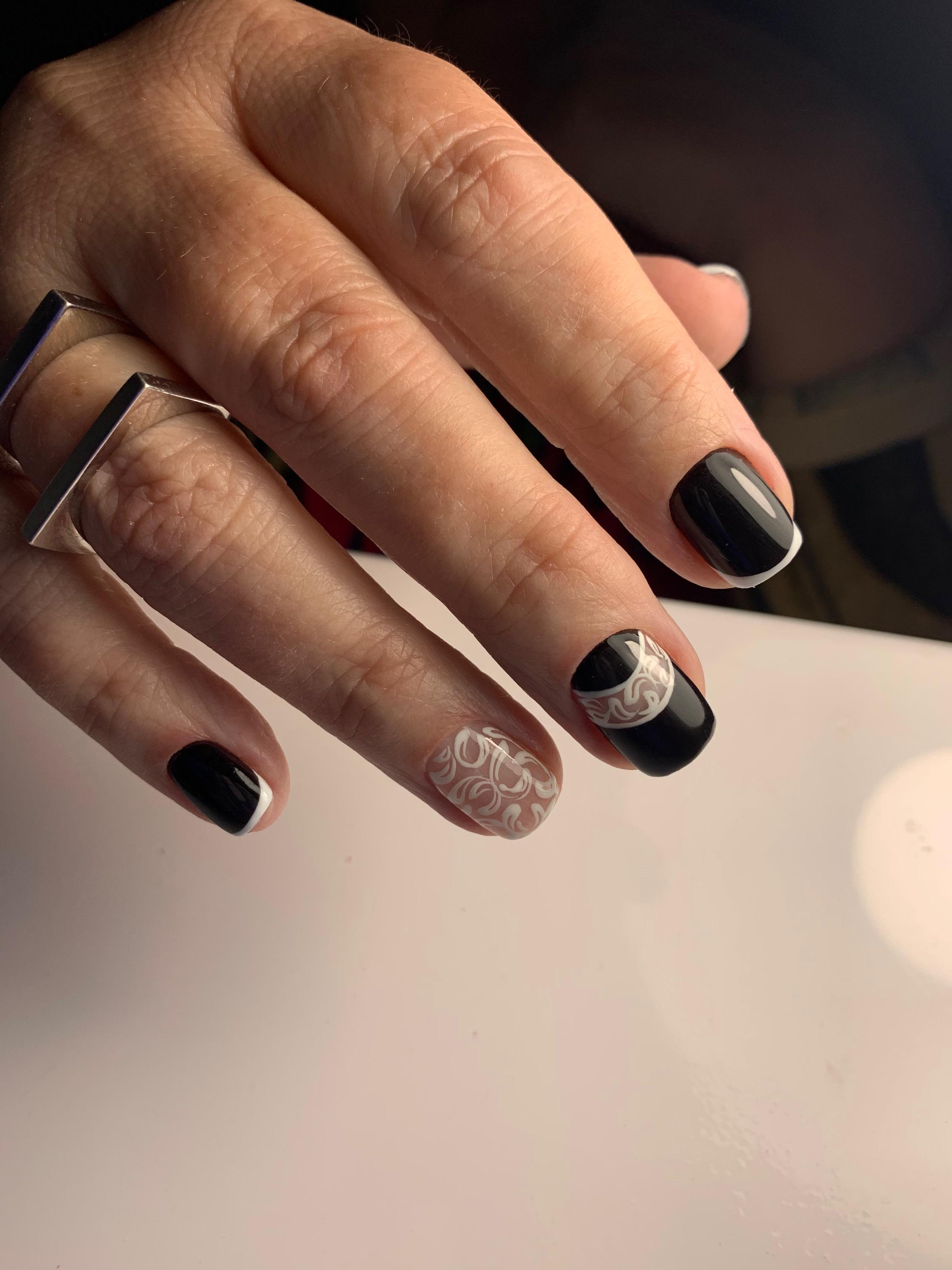 Френч с кружевным дизайном в черном цвете на короткие ногти.