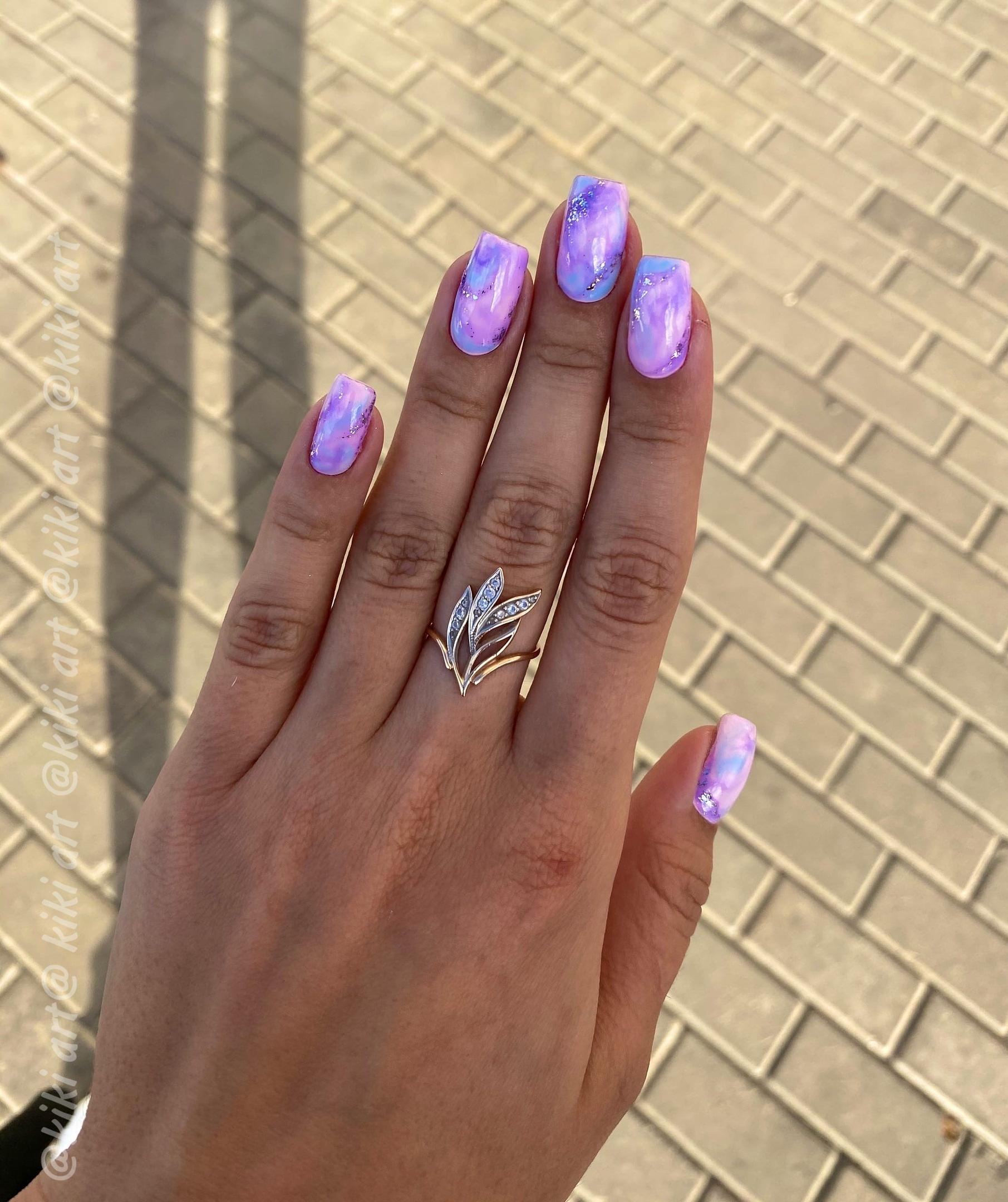 Маникюр с морским дизайном и блестками на короткие ногти.