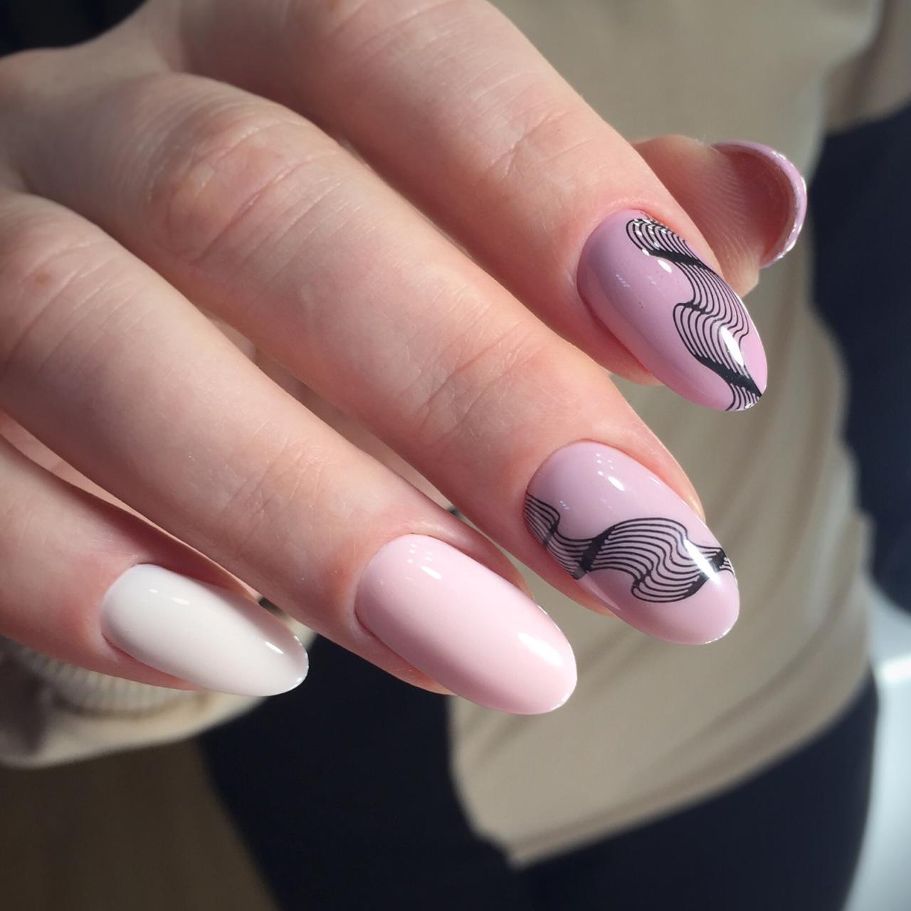 Маникюр с абстрактным рисунком в розовом цвете.