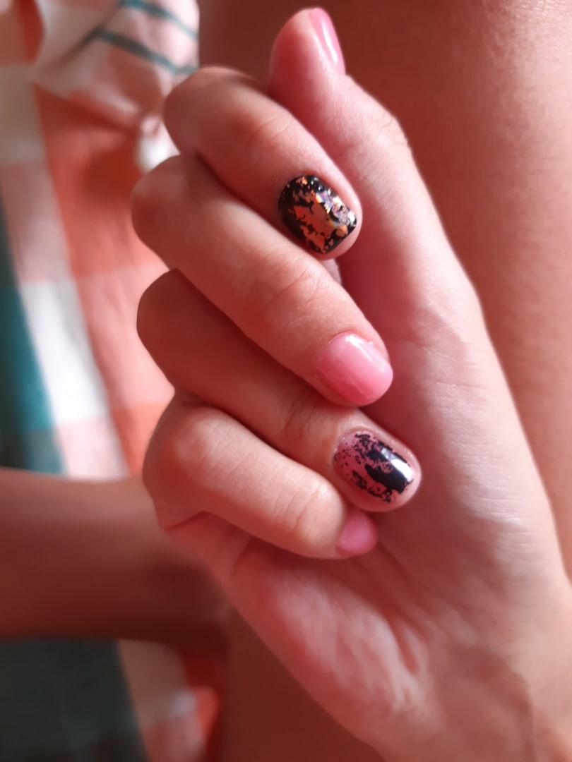 Маникюр с цветной фольгой в розовом цвете на короткие ногти.