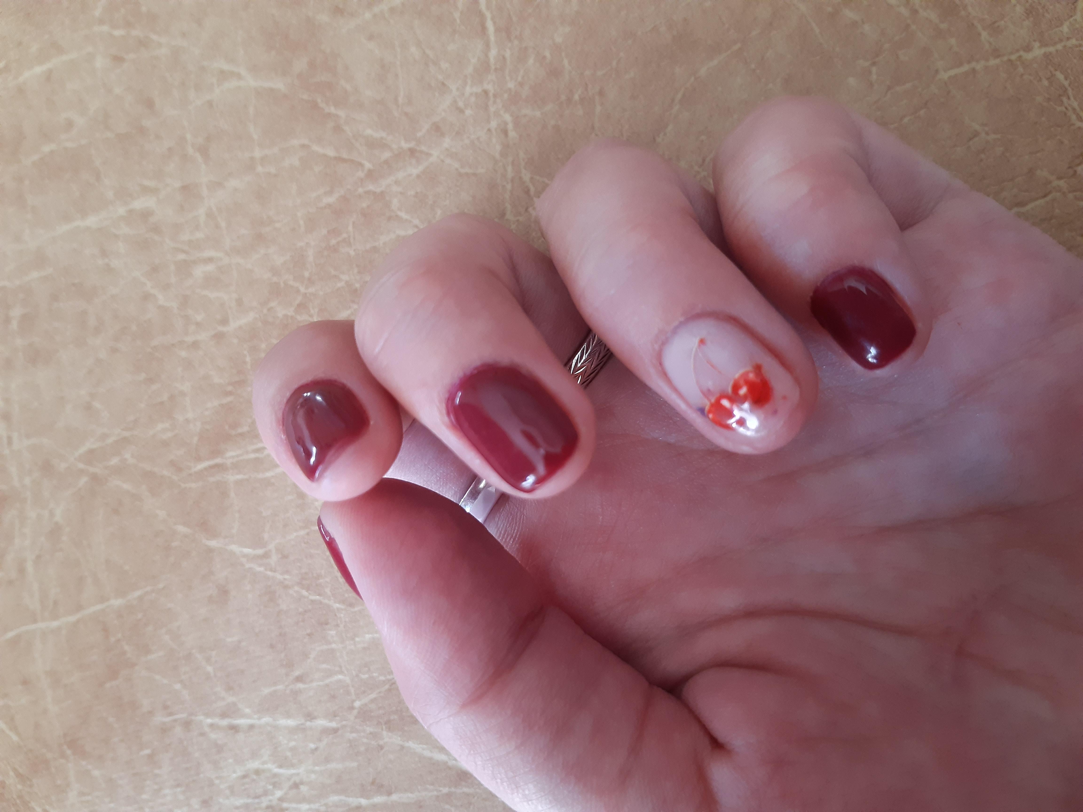 Маникюр с вишенкой в темно-красном цвете на короткие ногти.