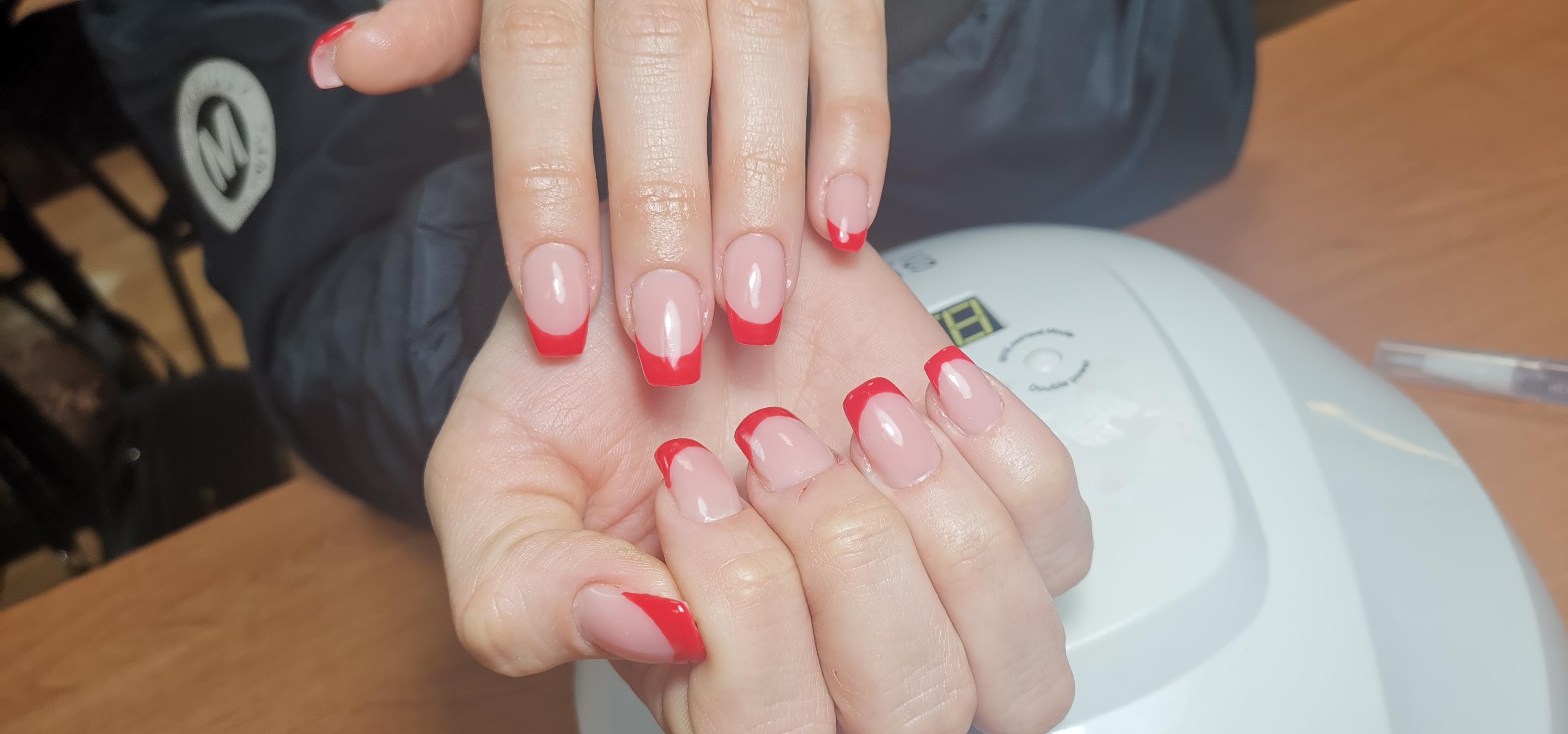 Наращивание ногтей с красным френчем