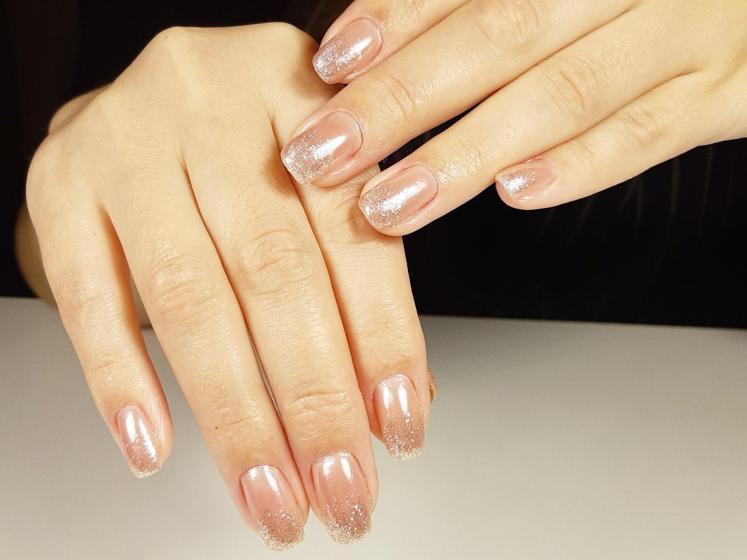 Нюдовый маникюр с серебряными блестками на короткие ногти.