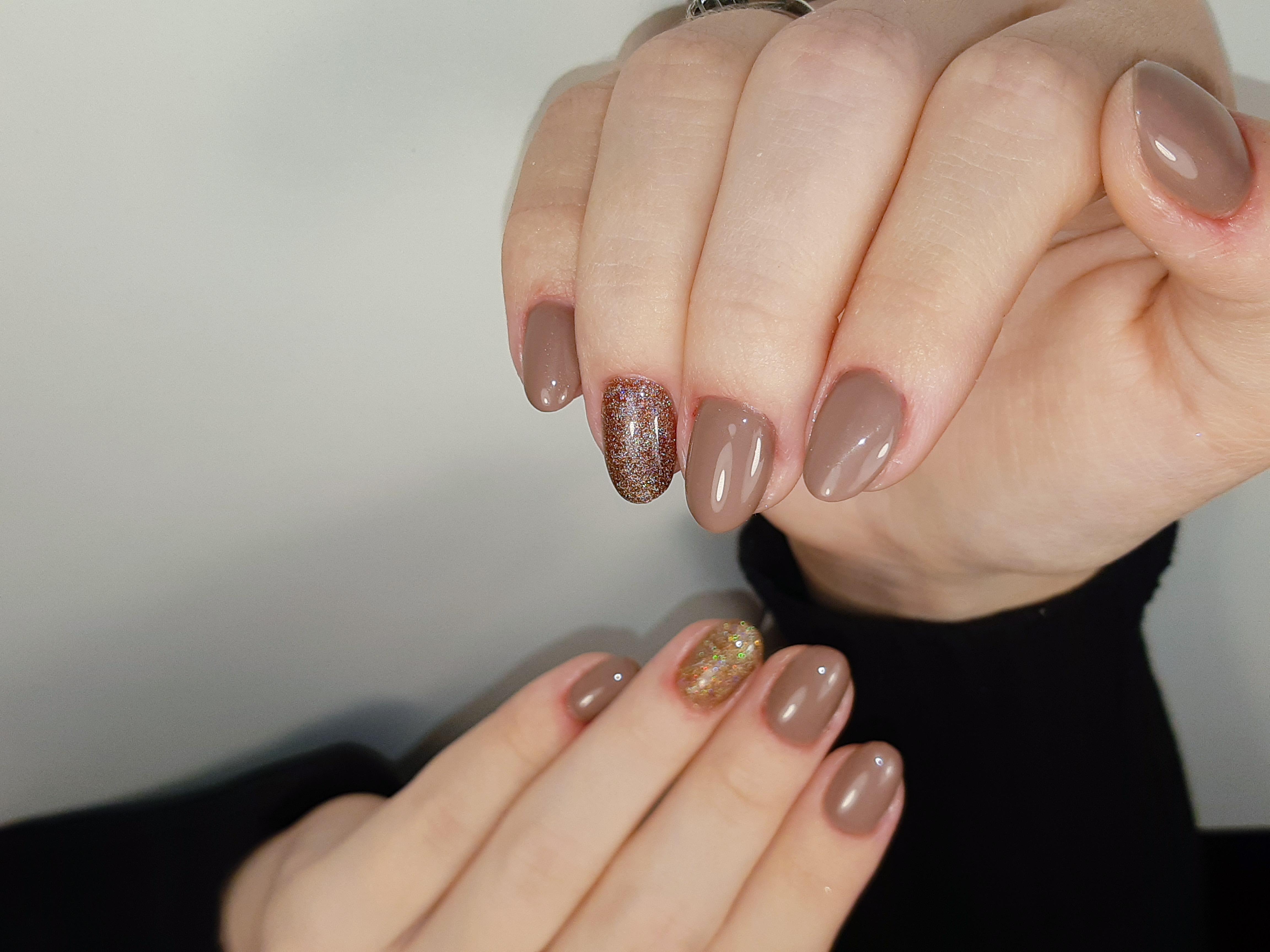 Маникюр с блестками в коричневом цвете на короткие ногти.
