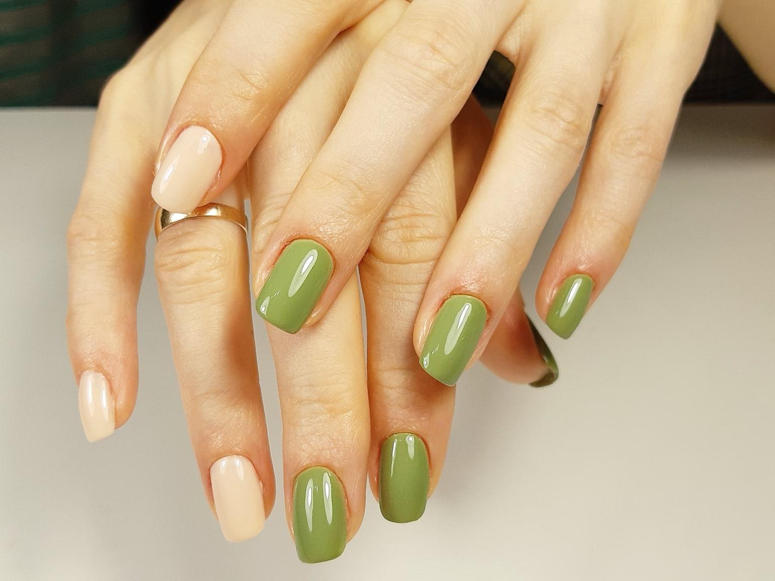 Маникюр в оливковом цвете на короткие ногти.