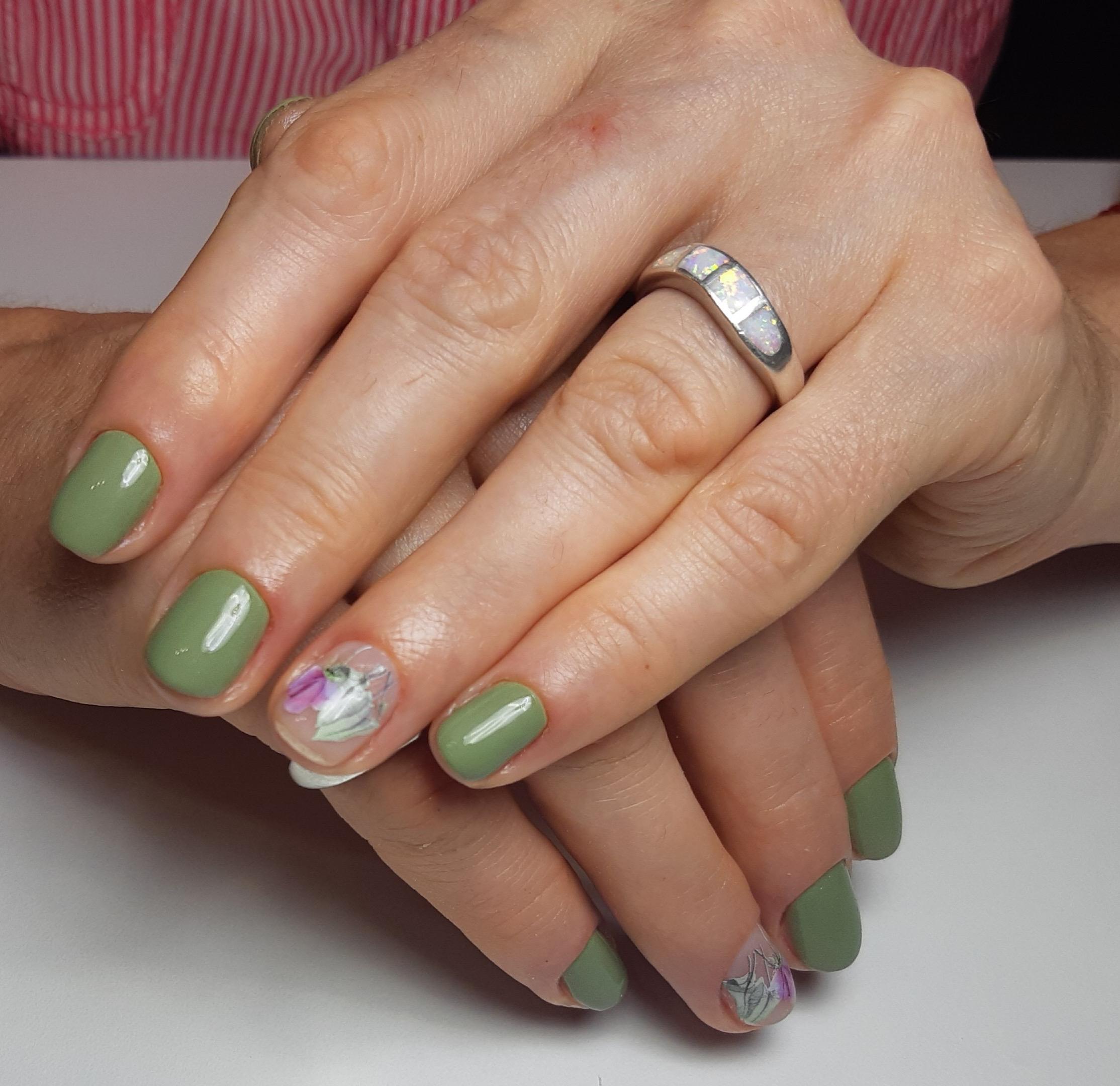 Маникюр с цветочными слайдерами в оливковом цвете на короткие ногти.