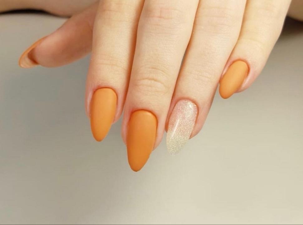 Матовый маникюр с блестками в оранжевом цвете на длинные ногти.