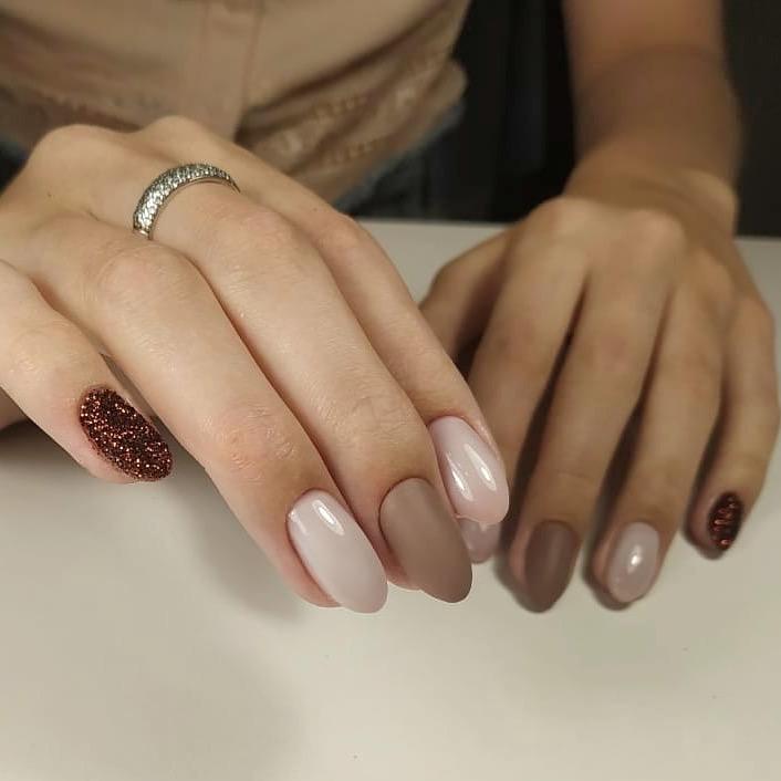 Маникюр с песочным дизайном в пастельных тонах на короткие ногти.