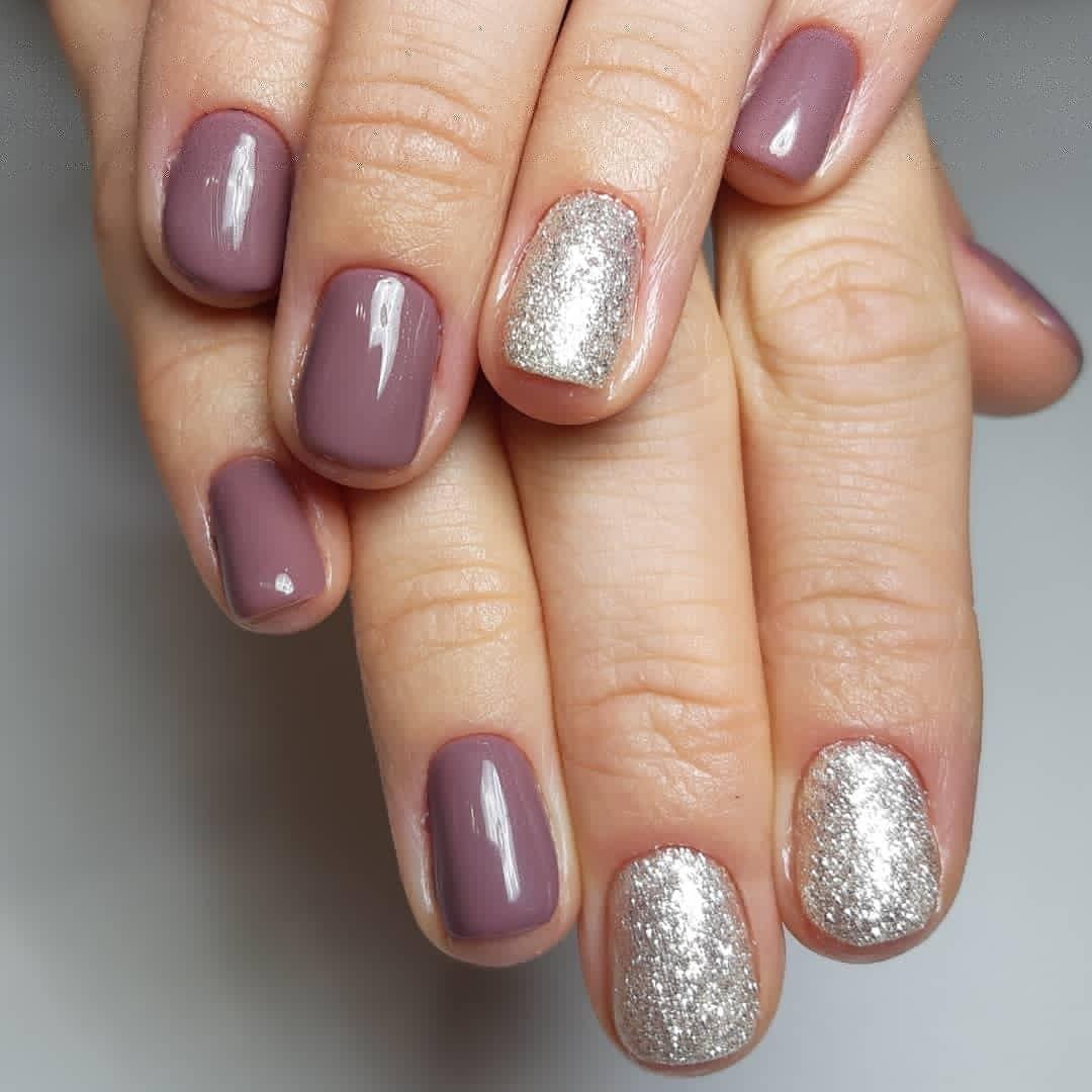 Маникюр с серебряными блестками в сиреневом цвете на короткие ногти.