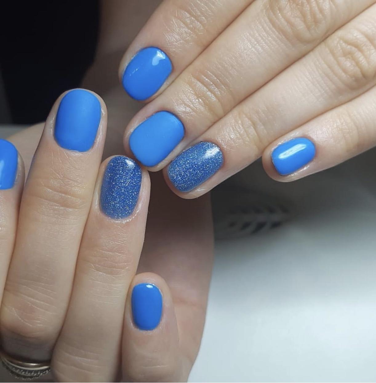 Маникюр с блестками в голубом цвете на короткие ногти.