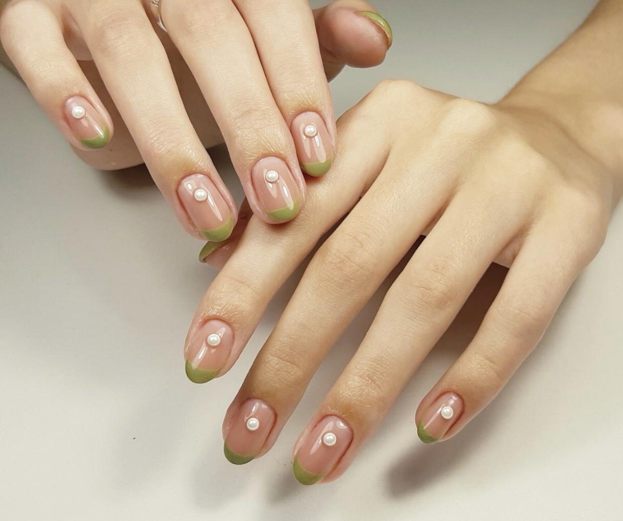 Френч со стразами в зеленом цвете на короткие ногти.