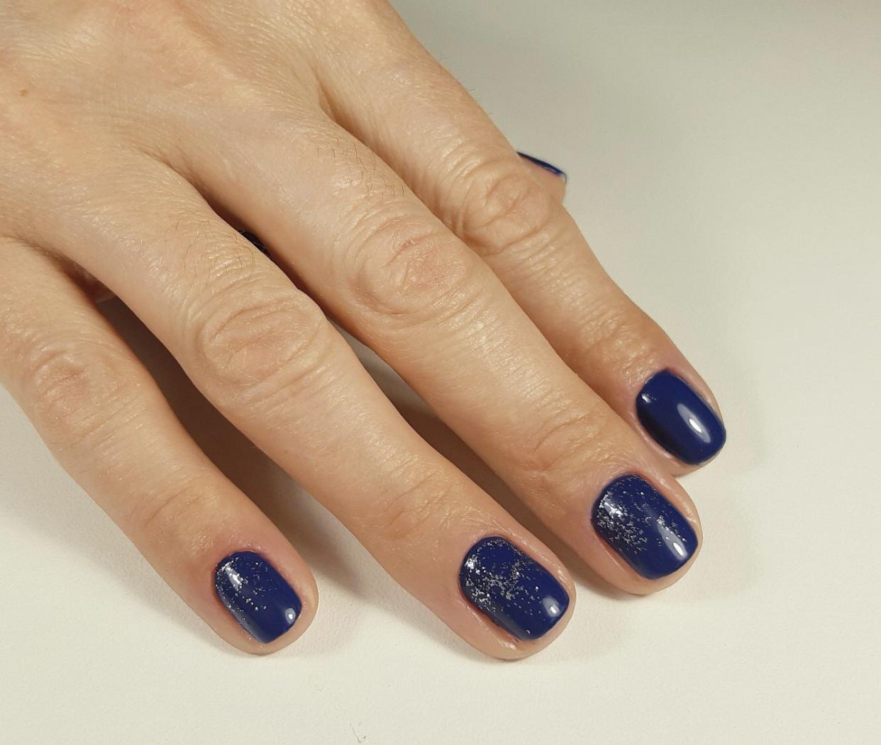 Маникюр с блестками в темно-синем цвете на короктие ногти.