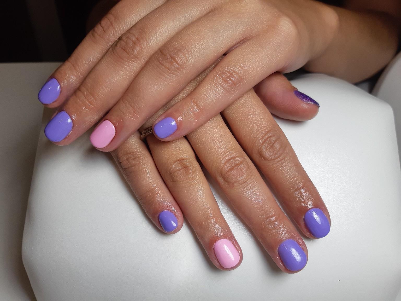 Маникюр в фиолетовом цвете на короткие ногти.
