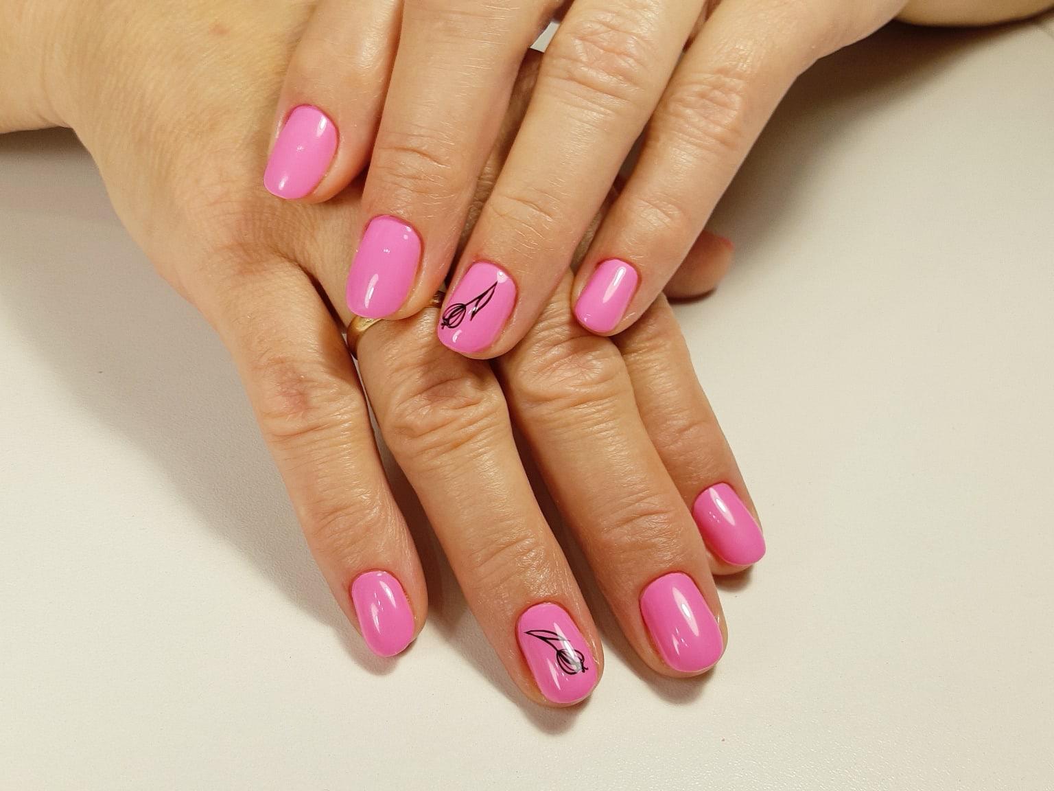 Маникюр с цветочными слайдерами в лиловом цвете на короткие ногти.