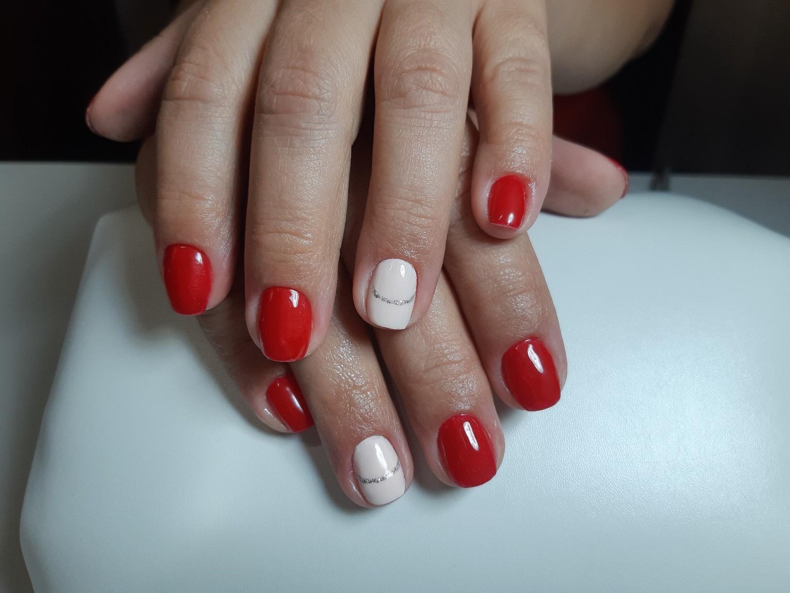 Маникюр с серебряными блестками в красном цвете на короткие ногти.