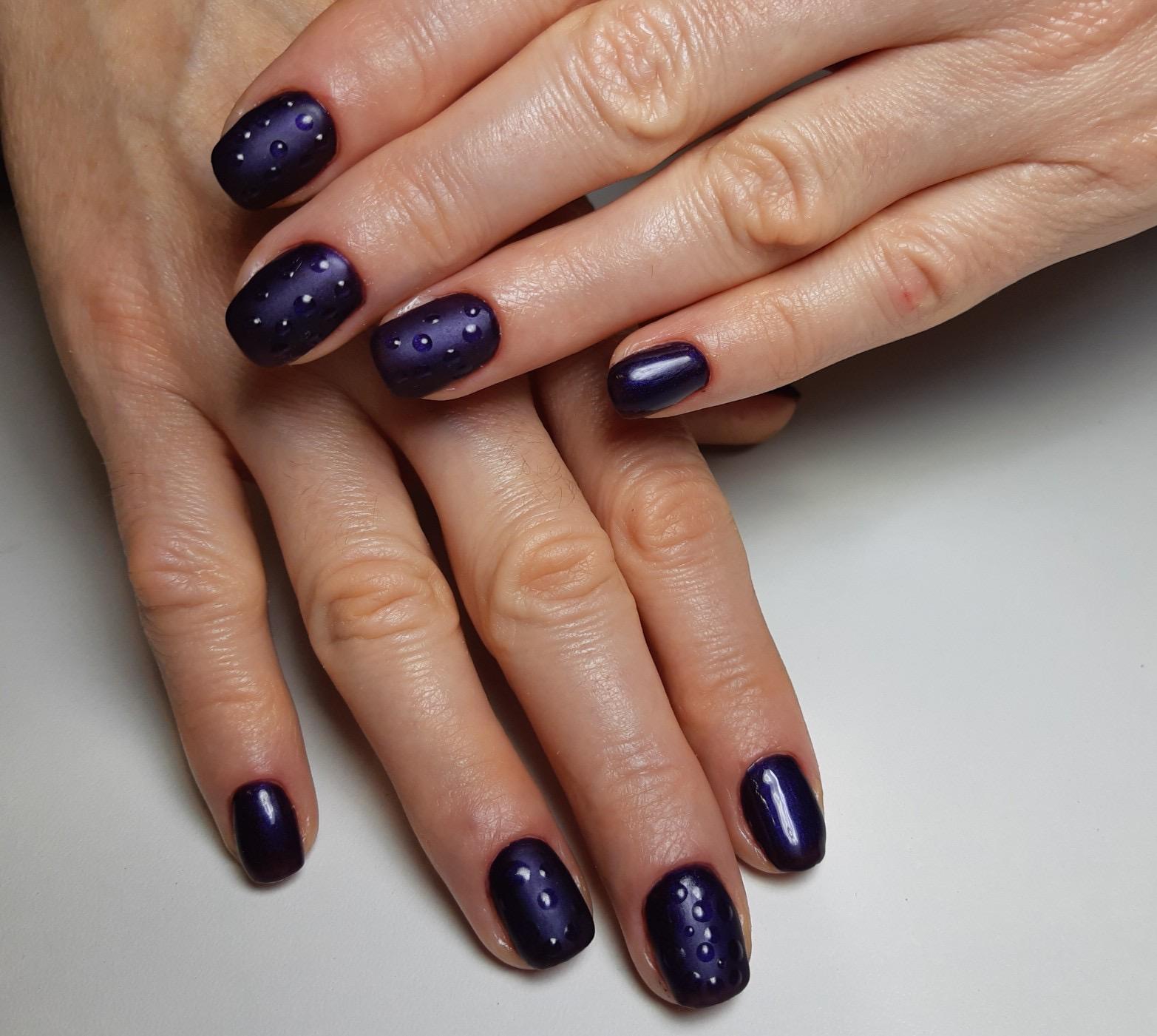 Матовый маникюр с капельками в темно-синем цвете на короткие ногти.