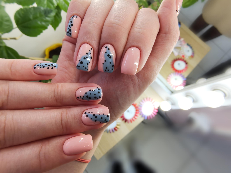 Маникюр с абстрактным рисунком в розовом цвете на короткие ногти.