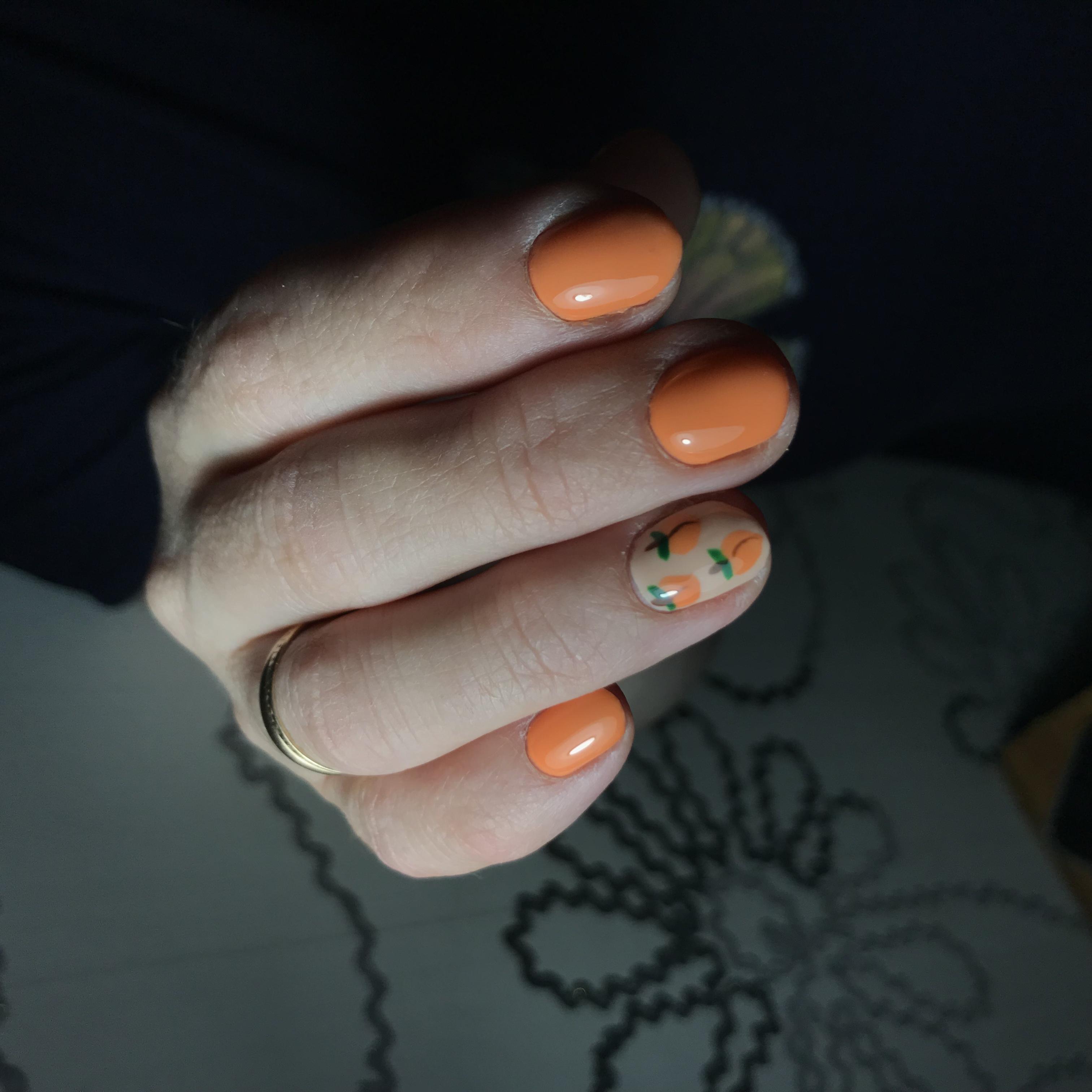 Маникюр с персиками в оранжевом цвете на короткие ногти.