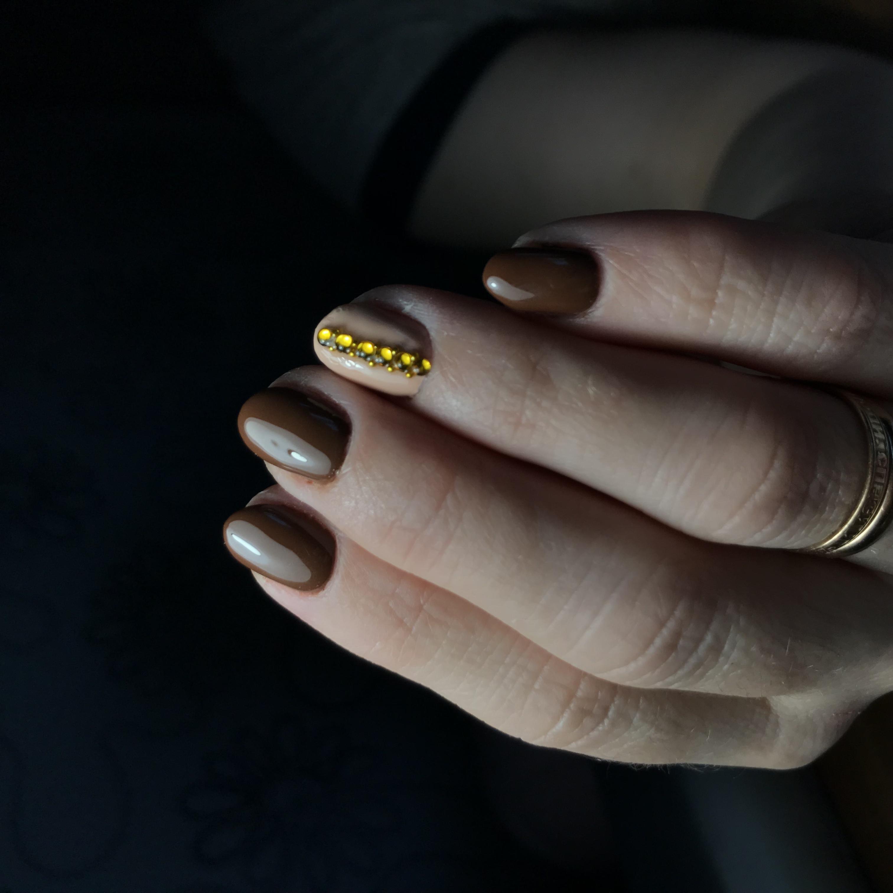 Маникюр со стразами в коричневом цвете.