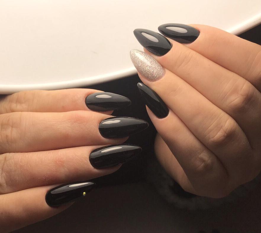 Маникюр с серебряными блестками в черном цвете на длинные ногти.